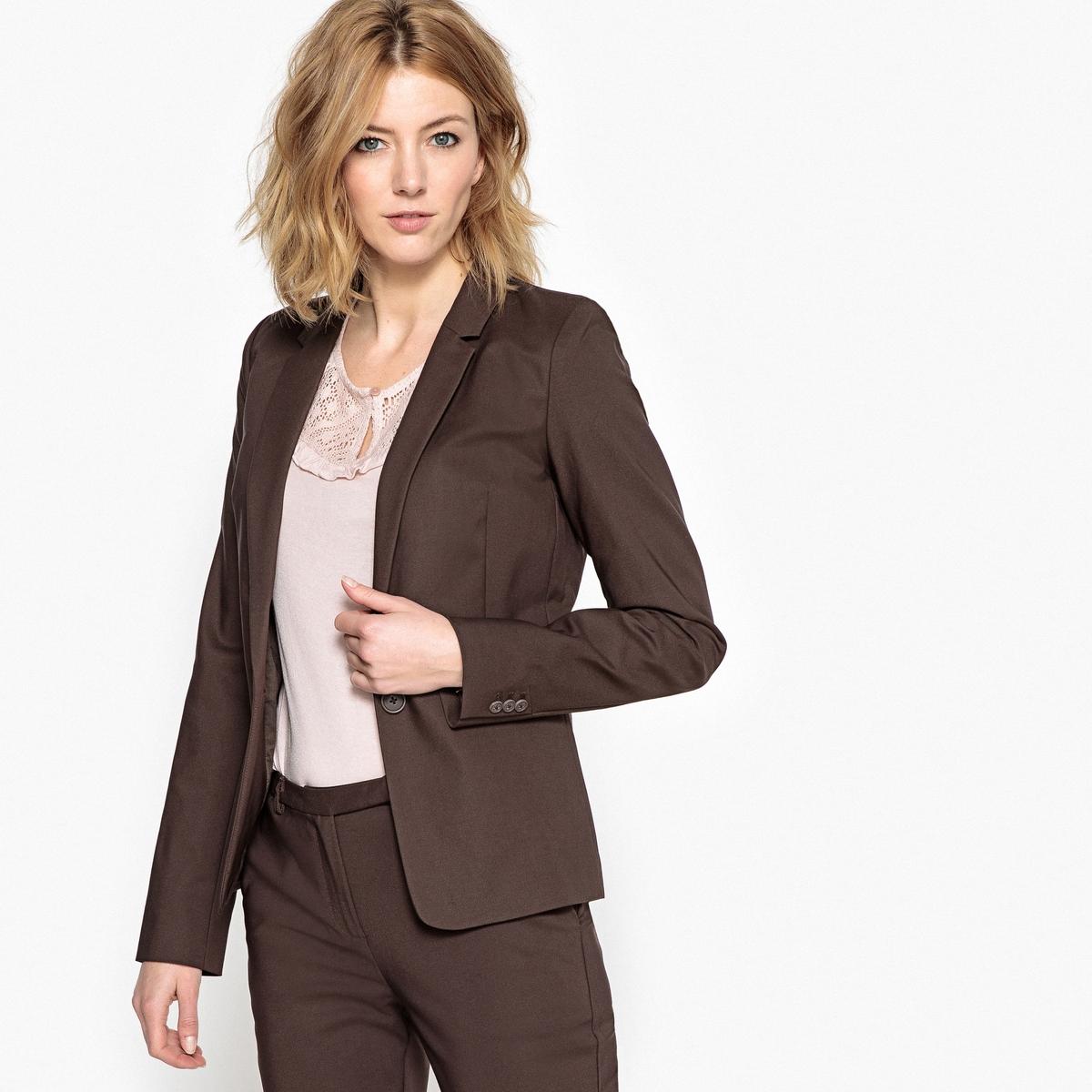 Куртка-блейзер приталеннаяОписание:Куртка-блейзер в городском стиле . Красивый приталенный покрой ! Ткань стрейч для большего комфорта .Детали •  Блейзер •  Приталенный покрой •  Длина : укороченная •  Воротник пиджачныйСостав и уход •  49% хлопка, 47% полиамида, 4% эластана  •  Подкладка : 100% хлопок •  Следуйте советам по уходу, указанным на этикетке •  Длина : 58 смЗастежка на пуговицу. Ложные прорезные карманы спереди . Длинные рукава с застежкой на пуговицы. Подкладка из хлопковой вуали.<br><br>Цвет: темно-синий,хаки,черный,шоколадный<br>Размер: 38 (FR) - 44 (RUS).48 (FR) - 54 (RUS).40 (FR) - 46 (RUS).42 (FR) - 48 (RUS).38 (FR) - 44 (RUS).46 (FR) - 52 (RUS).44 (FR) - 50 (RUS).50 (FR) - 56 (RUS).50 (FR) - 56 (RUS).50 (FR) - 56 (RUS)