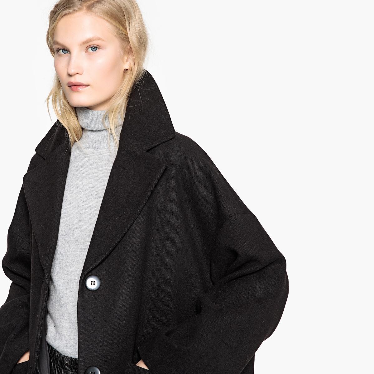 Пальто овальной формы средней длины с застежкой на кнопки