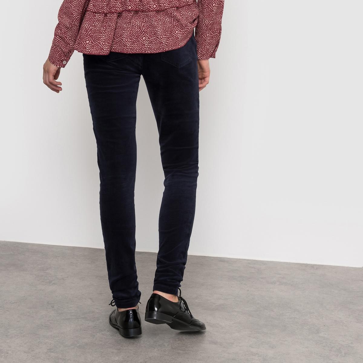 Брюки скинни велюровыеБрюки скинни R ?dition. Велюровые брюки. 5 карманов. Застежка на пуговицы. Пояс со шлевками. Планка застежки на молнию.Состав и описание :Материал : 98% хлопка, 2% эластанаМарка :      R ?ditionУходСтирка при 30° с одеждой подобного цвета - Стирать и гладить с изнанкиГладить при низкой температуре<br><br>Цвет: темно-синий