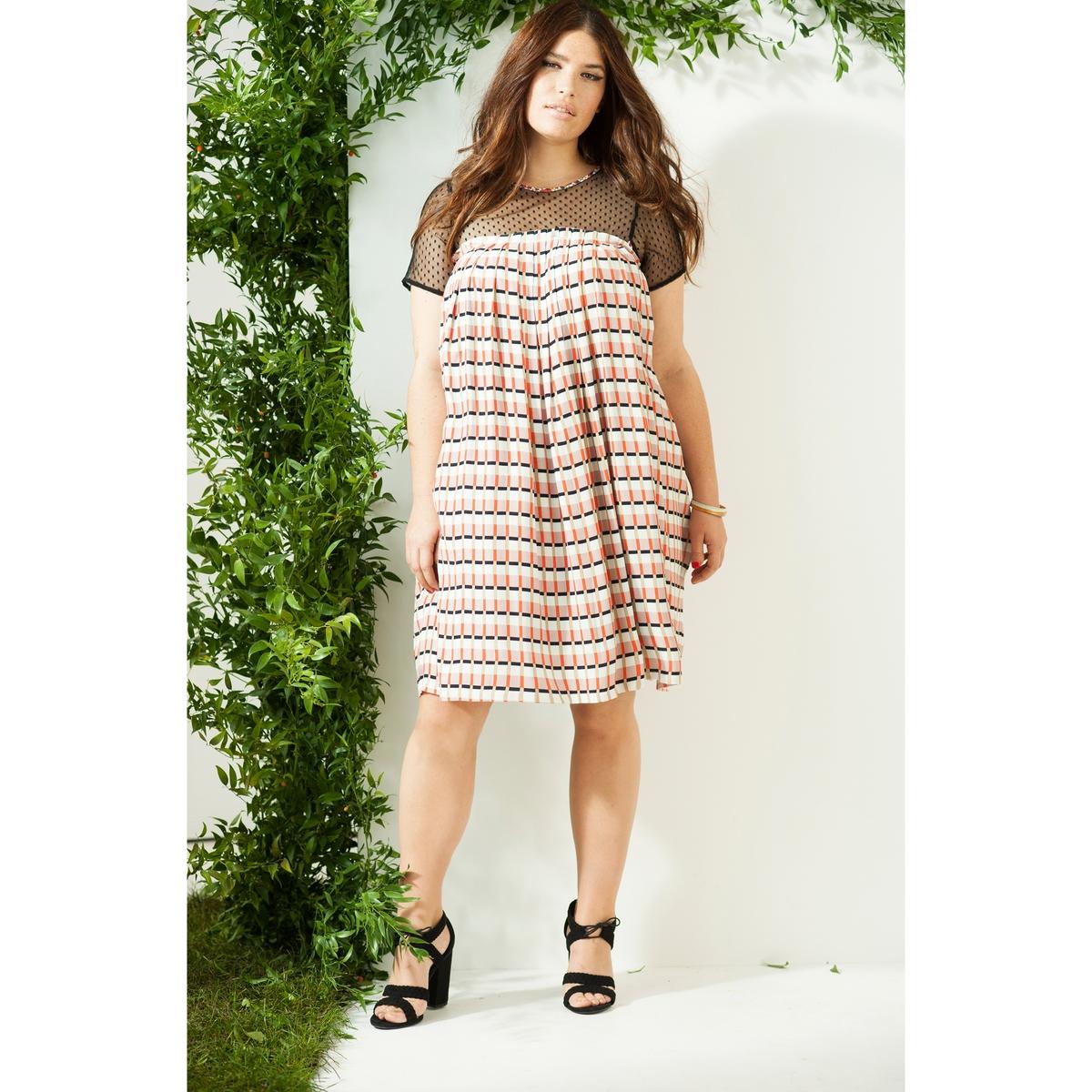 Платье расклешенноеРасклешенно платье в стиле бейби-долл. Коротки рукава и верхняя часть платья из сетчатого материала, складки на груди. Креп, 100% вискза. Длина 102 см.<br><br>Цвет: графичный рисунок<br>Размер: 46 (FR) - 52 (RUS).50 (FR) - 56 (RUS)