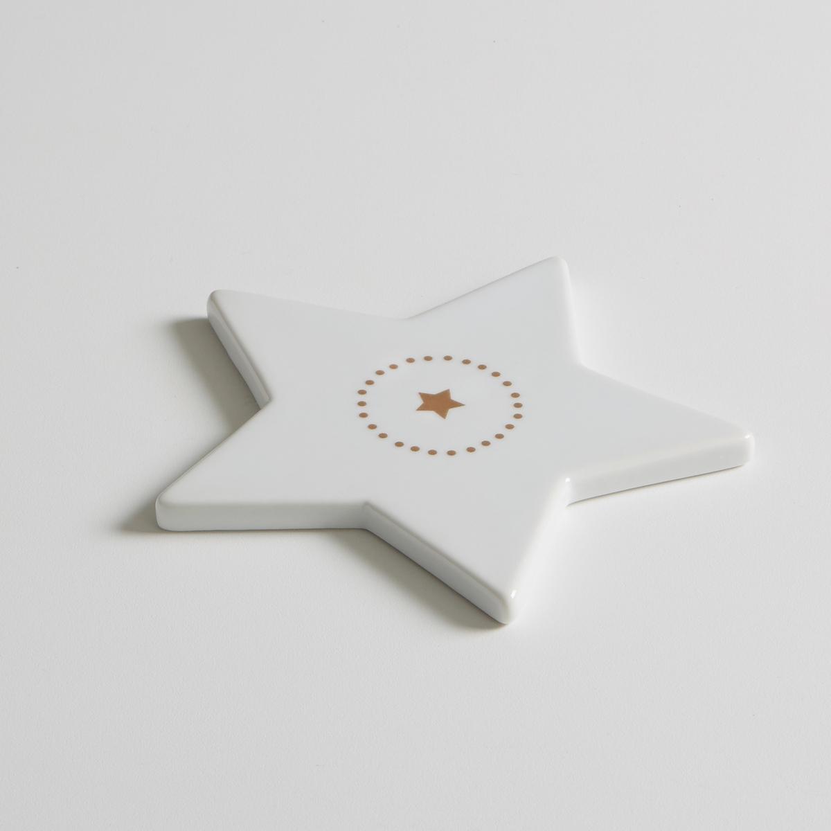 4 подстаканника из фарфора, KublerНабор из 4 подстаканников в форме звезды из фарфора Kubler La redoute Int?rieurs .     Благородство фарфора в сочетании с оригинальным рисунком создают очень современный столовый аксессуар . Рисунок в виде звезды по центру и принт в горошек воуруг  . Характеристики 4 подстаканников Kubler :- Подстаканник из фарфора  - Размеры : 12 x 12 см   - Высота : 1 см.- Использование в посудомоечной машине и микроволновой печи запрещено- В комплекте 4 бокалаНайдите комплект посуды из фарфора Kubler на нашем сайте laredoute.ru .<br><br>Цвет: белый
