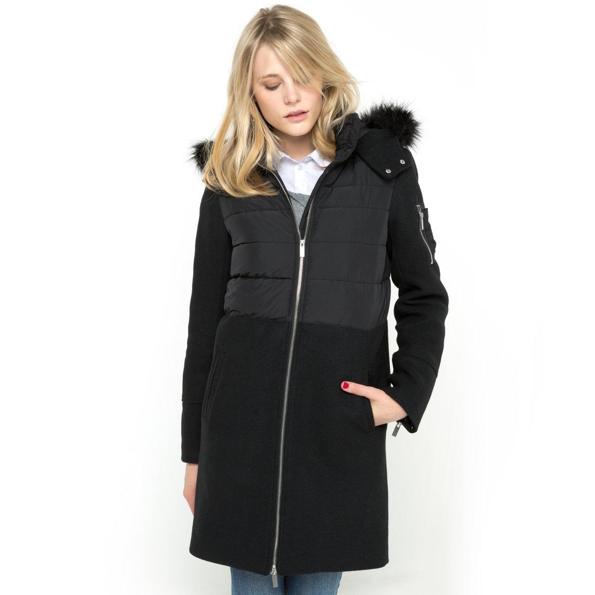 Пальто из двух материаловПальто из двух материалов SOFT GREY.Оригинальное, стильное и при этом очень удобное зимнее пальто из двух материалов со съемным капюшоном, отороченнным искусственным мехом. Верхняя часть корпуса из стеганого материала, нижняя часть корпуса и манжеты из шерстяного драпа. Застежка на молнию спереди. Высокий воротник с застежкой на кнопки. Съемный капюшон оторочен искусственным мехом. Низ рукавов с молниями. 2 боковых кармана, 1 карман на рукаве. Длина 90 см. Материал верхней части корпуса: 100% полиэстера. Материал нижней части корпуса и рукавов: 50% шерсти, 40% полиэстера, 5% полиамида и 5% других волокон.<br><br>Цвет: черный