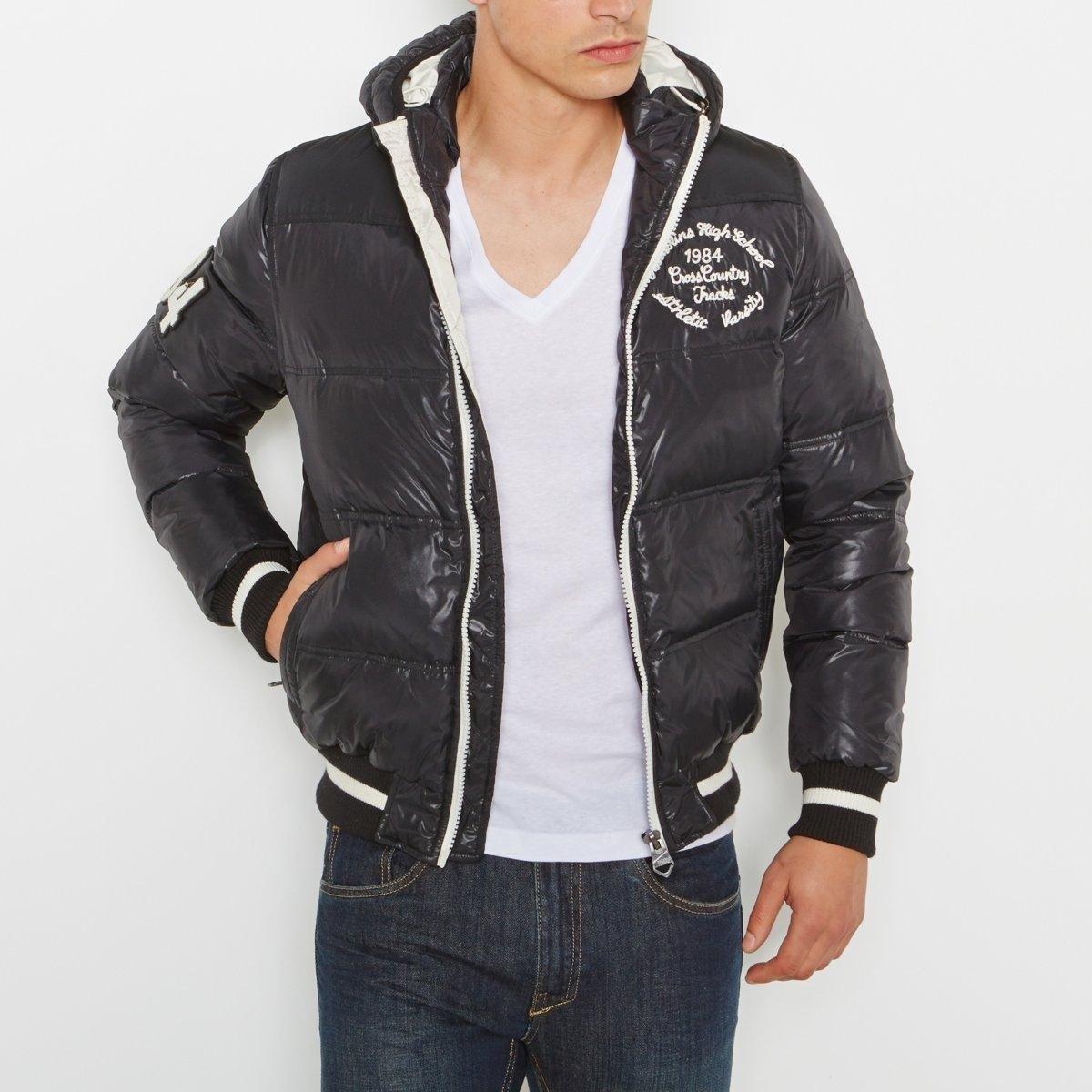 Куртка стеганаяСтеганая куртка Sphinx от REDSKINS. 100% полиамида (эффект двух материалов на плечах, рукавах и краях карманов). Теплая подкладка из 50% пера и 50% пуха. Съемный капюшон, планка-велкро спереди. Застежка на молнию спереди. 2 кармана на молнии, на подкладке из флиса. 1 нагрудный карман на молнии. Логотип на рукаве. Логотип в тон сзади. Внутренние манжеты + низ связаны в рубчик. 2 внутренних кармана. Длина 70 см.<br><br>Цвет: черный<br>Размер: M