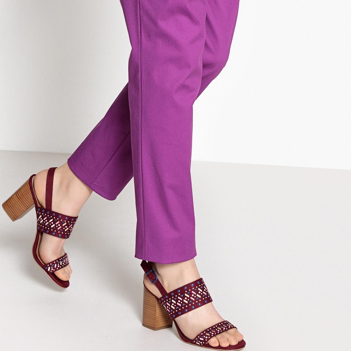 Sandálias com motivos bordados