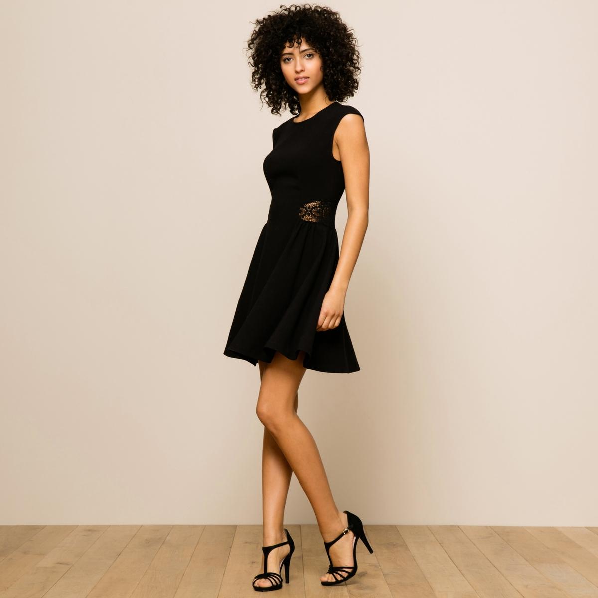 Платье MonikaПлатье Monica от BA&amp;SH. Короткие рукава. Расширяющийся к низу покрой, закругленный вырез. Вставка из кружева по бокам с небольшими складками. Состав и описание :Материал : 95% полиэстера, 5% эластана    Марка : BA&amp;SH<br><br>Цвет: черный