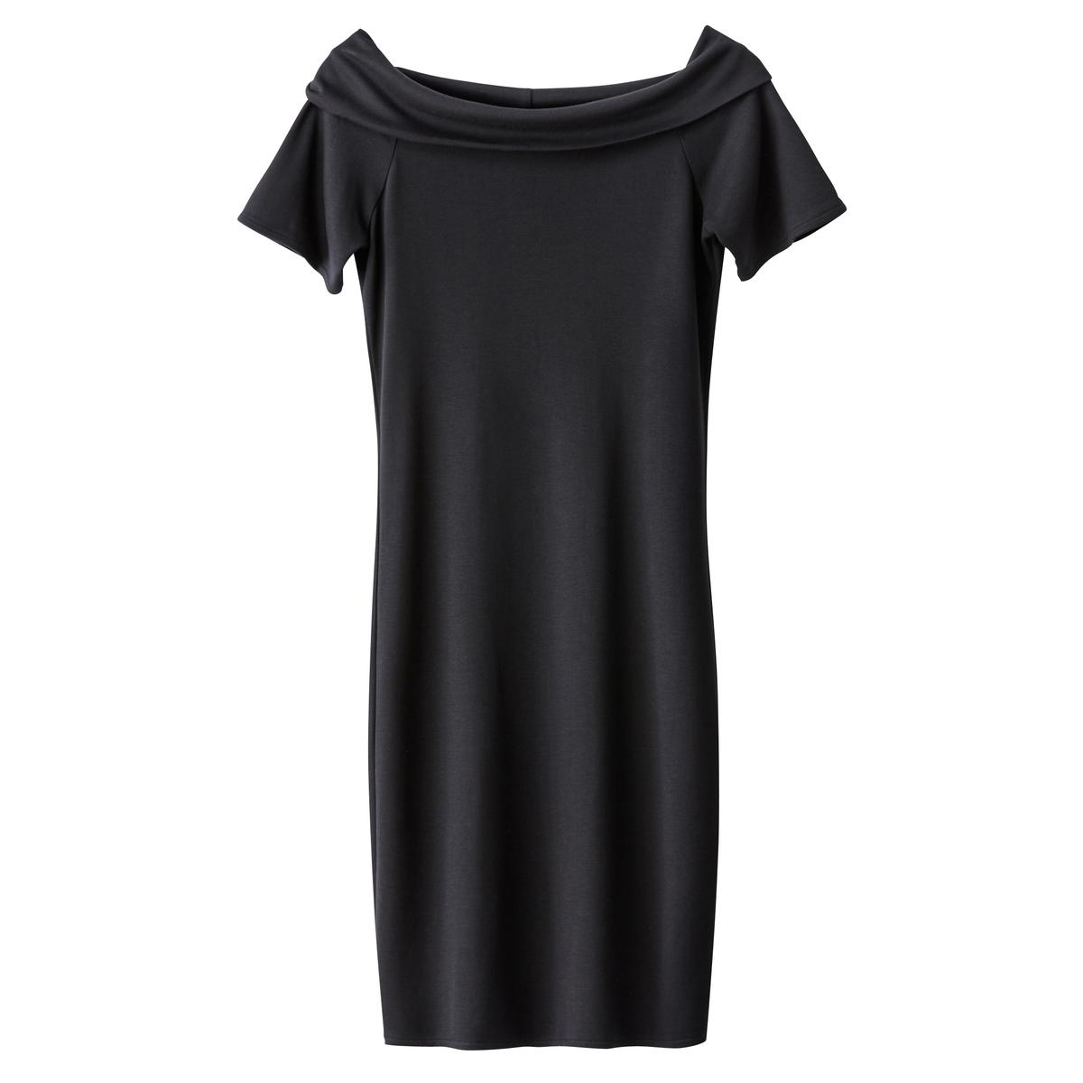 Dopasowana sukienka z odkrytymi ramionami