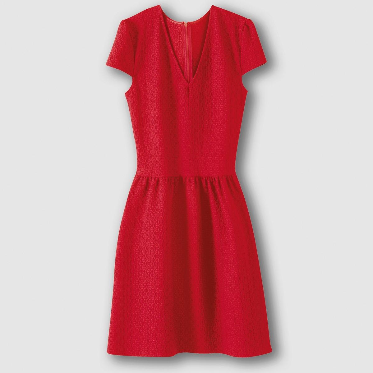 Платье жаккардовоеЖаккардовое платье с геометрическим структурным рисунком в тон. Короткие рукава. V-образный вырез спереди. Отрезное по талии, подчеркнуто складками. Потайная застежка на молнию сзади. Состав и описание Материал : 51% вискозы, 46% полиэстера, 3% эластанаДлина : 90 смУходМашинная стирка при 30 °C с вещами схожих цветовСтирать и гладить с изнаночной стороны Машинная сушка в умеренном режиме Гладить при низкой температуре<br><br>Цвет: красный<br>Размер: 42 (FR) - 48 (RUS)