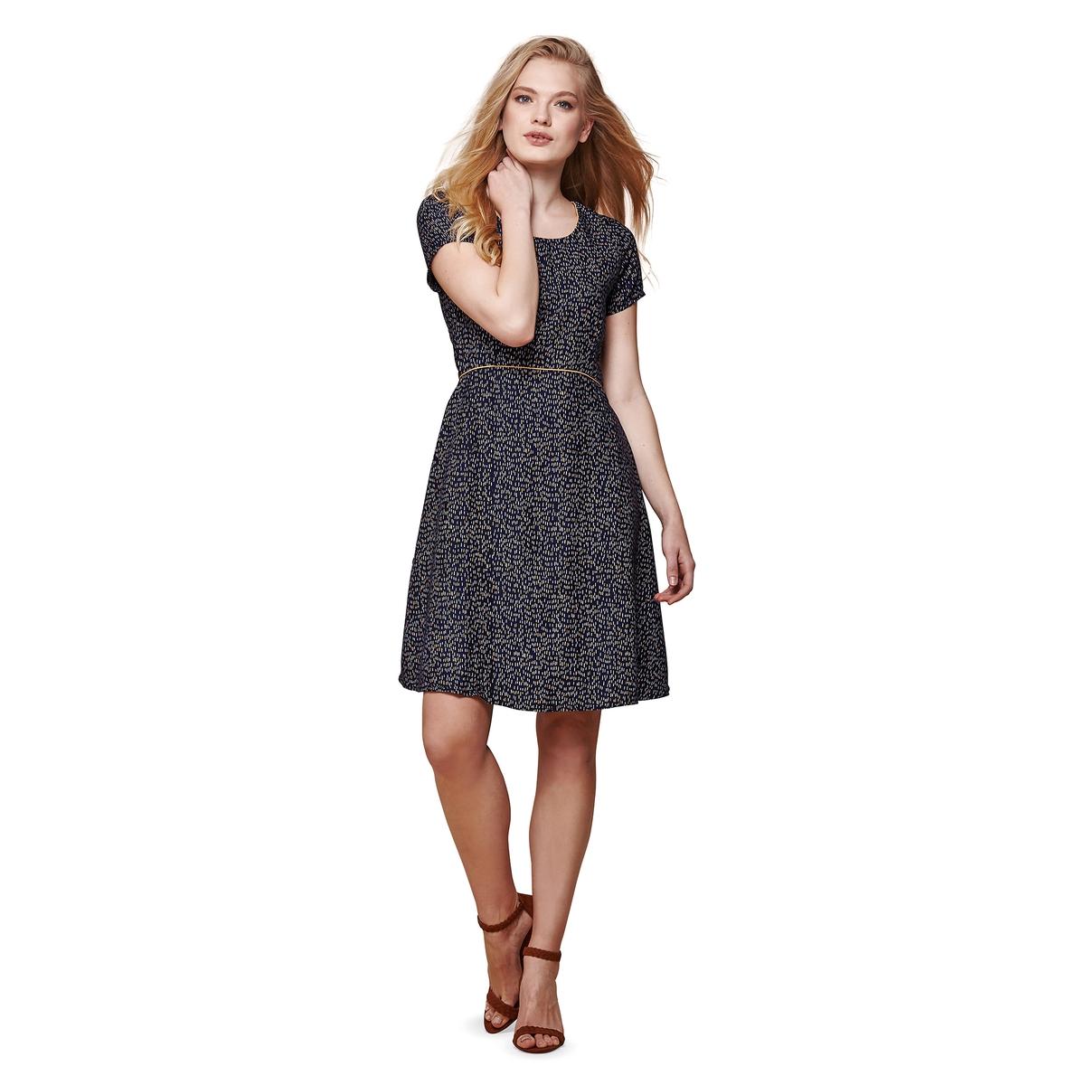 Платье приталенное с рисунком длиной до колен