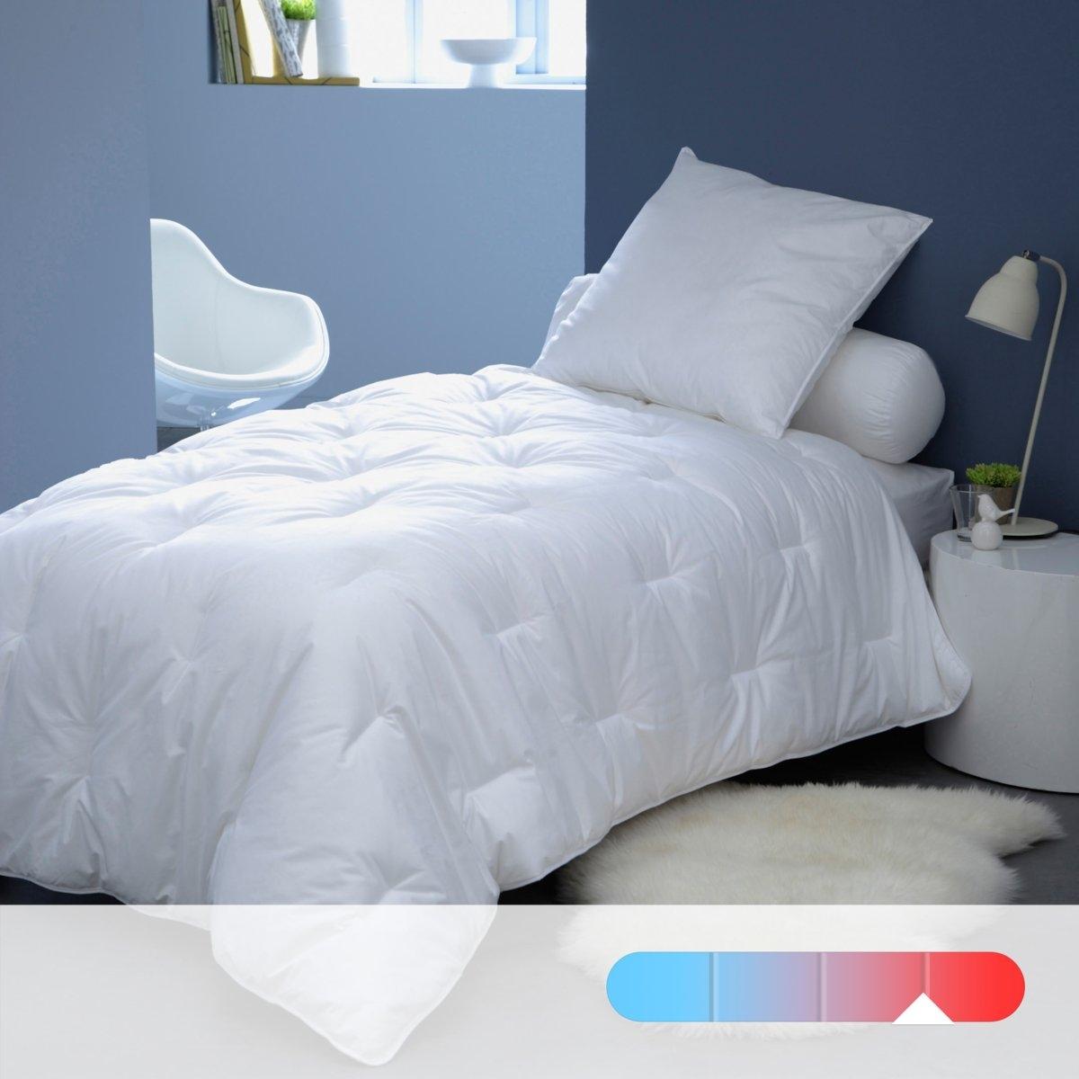 Синтетическое одеяло LESTRA, 450 г/м?Регулируемое тепло и легкость одеяла QUALLOFIL-AIR с обработкой Allerban против бактерий, клещей и грибка гарантирует вам спокойный сон на всю ночь. Качество наполнителя VALEUR S?RE: эксклюзивный состав из полых силиконизированных волокон, ультрапышных и суперлегких, из 100% полиэстера, которые обеспечивают циркуляцию воздуха и выводят влагу. Чехол из 100% хлопка. Отделка кантом из хлопка. Простежка пунктиром. Стирка при 40°, возможна машинная сушка при умеренной температуре. Идеально при температуре воздуха в комнате 12-15°. Плотность 450 г/м?.<br><br>Цвет: белый