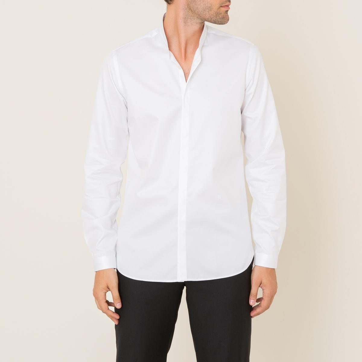 Рубашка из хлопкового твилаРубашка  THE KOOPLES, из хлопкового твила  . Воротник-стойка. Длинные рукава с пуговицами внизу. Застежка на планку с пуговицами . Однотонный вышитый логотип спереди . Легкий облегающий покрой . Состав и описание Материал : 100% хлопокМарка : THE KOOPLES<br><br>Цвет: белый