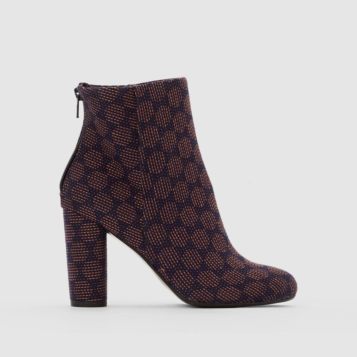 Ботильоны с рисунком на каблукеМарка : Mademoiselle R. ВерхВерх : текстильПодкладка : текстильСтелька : кожа.Подошва : из эластомера.Высота каблука : 9 см.Форма каблука: широкая Носок: круглый Застежка : на молнии сбоку<br><br>Цвет: рисунок темно-синий<br>Размер: 39.37.36
