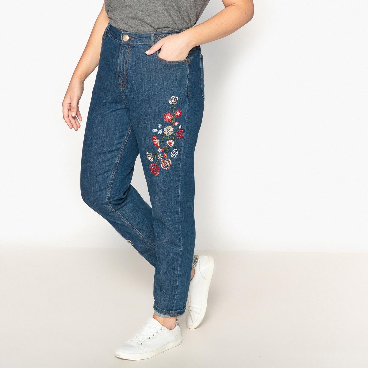 Джинсы-мом с вышитым цветочным узоромОчень модные джинсы-мом, украшенные настоящей вышивкой. Идеально сочетаются с кедами, свободный стиль.Детали  •  Покрой бойфит •  Стандартная высота пояса •  Рисунок спередиСостав и уход  •  98% хлопка, 2% эластана •  Стирать при 30° на деликатном режиме  •  Сухая чистка и отбеливание запрещены   •  Не использовать барабанную сушку  •  Низкая температура глажки Товар из коллекции больших размеров<br><br>Цвет: синий потертый<br>Размер: 44 (FR) - 50 (RUS).42 (FR) - 48 (RUS)