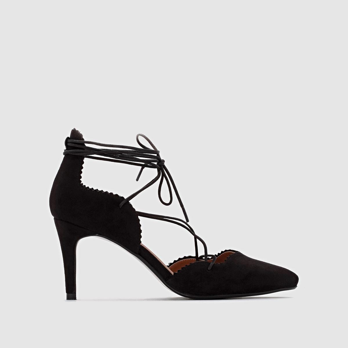 Zapatos de tacón con lazada en el tacón aguja