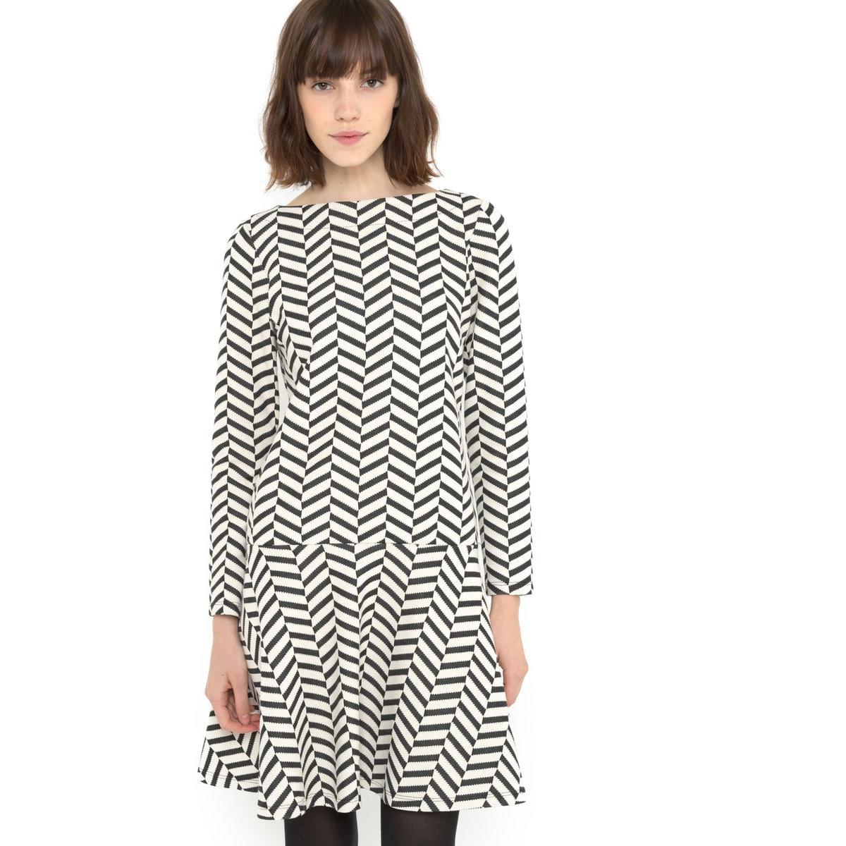 Платье жаккардовое черно-белоеПлатье MADEMOISELLE R. Платье из жаккардового трикотажа с шевронным узором, черно-белое. Длинные рукава. Вырез-лодочка. Отрезное по талии. Расклешенное. Застежка на молнию сзади. Длина ок.90 см.Платье, 97% полиэстера, 3% эластана.<br><br>Цвет: белый/ черный<br>Размер: 32 (FR) - 38 (RUS)