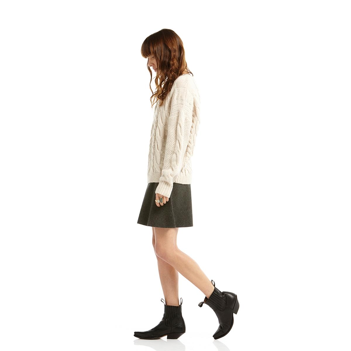 Пуловер, вязка косичкаПуловер с длинными рукавами CHARLISE . Пуловер комфортного прямого покроя. Рельефный трикотаж с вязкой в косичку  . Вырез, низ и манжеты связаны в рубчик . Круглый вырезСостав и описание :Материал : 40% мохера, 37% полиамида, 23% акрилаМарка : CHARLISE.<br><br>Цвет: экрю<br>Размер: M