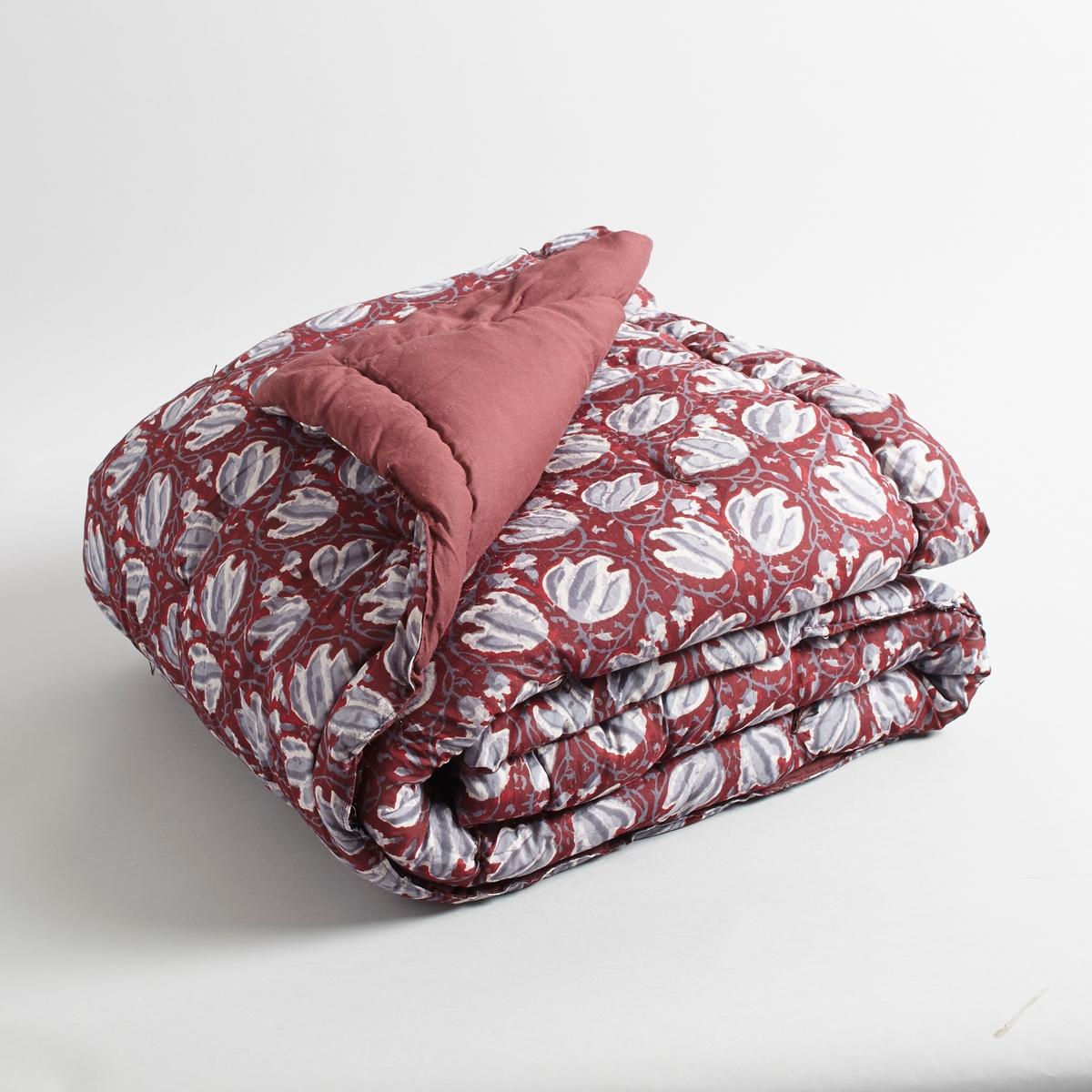 Одеяло SusheelaСтеганое одеяло с индийским цветочным орнаментом. Идеально для создания тёплой атмосферы.Верх 100 % хлопок. Прошито вручную.Ручная работа.Наполнитель из 100% полиэстера (275 г/см).Стирка при 30°.<br><br>Цвет: набивной рисунок