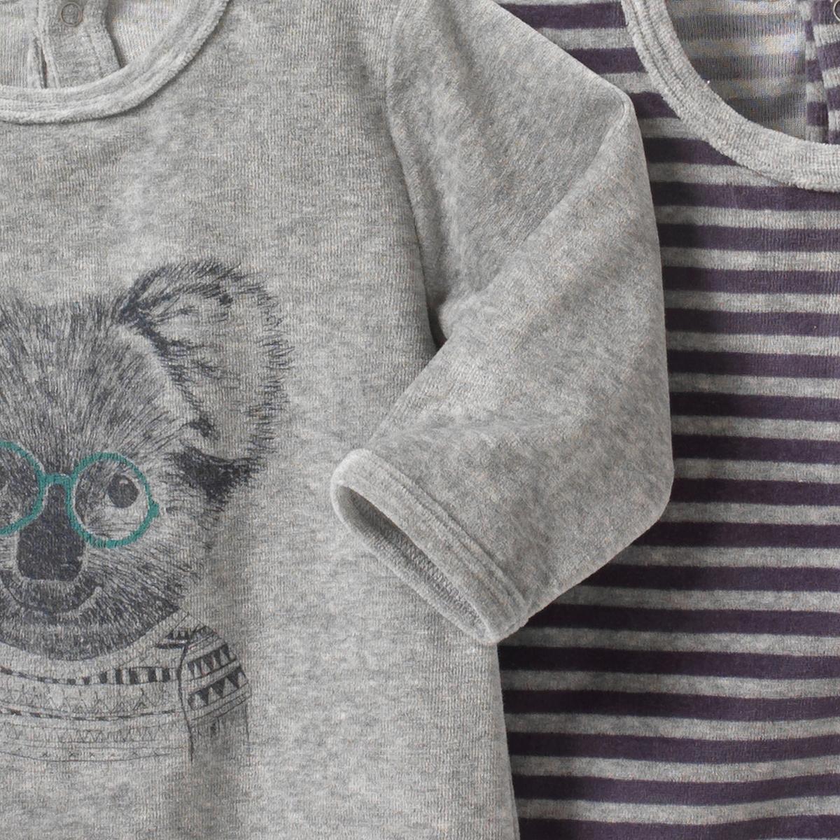 3 пижамы из велюра 0 мес-3 летКомплект из 3 велюровых пижам . В комплект входят: 1 пижама в полоску + 1 пижама с рисунком стрелы + 1 однотонная пижама с рисунком коала спереди. Клапан на кнопках и застежка на кнопки сзади. Нескользящая подошва начиная с размера 74 см (12 месяцев), эластичные вставки сзади для лучшей поддержки . Состав и описаниеМатериал      75 % хлопка, 25 % полиэстера Марка       R ?ditionУход:Стирать и гладить с изнаночной стороныМашинная стирка при 30°C на умеренном режиме, с одеждой подобных цветовМашинная сушка в умеренном режимеГладить при низкой температуреЗнак марки отпечатан с внутренней стороны и не напечатан на пришитой этикетке сзади, чтобы не вызвать раздражение или зуд на коже ребенка  .<br><br>Цвет: серый меланж + в полоску + черный<br>Размер: 1 мес. - 54 см.2 года - 86 см.3 года - 94 см