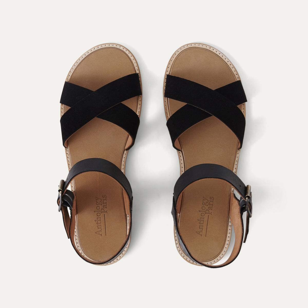 Босоножки кожаныеОписание:Детали •  Плоский каблук •  Застежка : ремешок/пряжка •  Открытый мысок •  Велюровая отделка, нубукСостав и уход •  Верх/Голенище : 100% кожа<br><br>Цвет: черный
