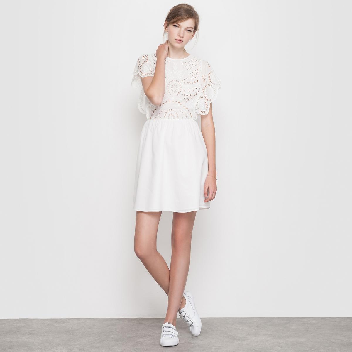 Платье с вышивкойПлатье. Красивый расшитый материал, широкий покрой! Верх с вышивкой. Вырез-капелька с застежкой на пуговицу сзади. Состав и деталиМатериал: 100% хлопкаДлина 90 смБренд: Mademoiselle R<br><br>Цвет: слоновая кость<br>Размер: 40 (FR) - 46 (RUS)