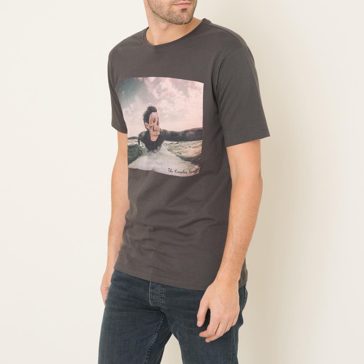 Футболка с рисункомФутболка THE KOOPLES SPORT - с фотопринтом из хлопкового джерси в винтажном стиле. Подвязка на круглом вырезе  . Короткие рукава. Прямой низ. Состав и описание:    Материал : 100% хлопок   Марка : THE KOOPLES SPORT<br><br>Цвет: хаки