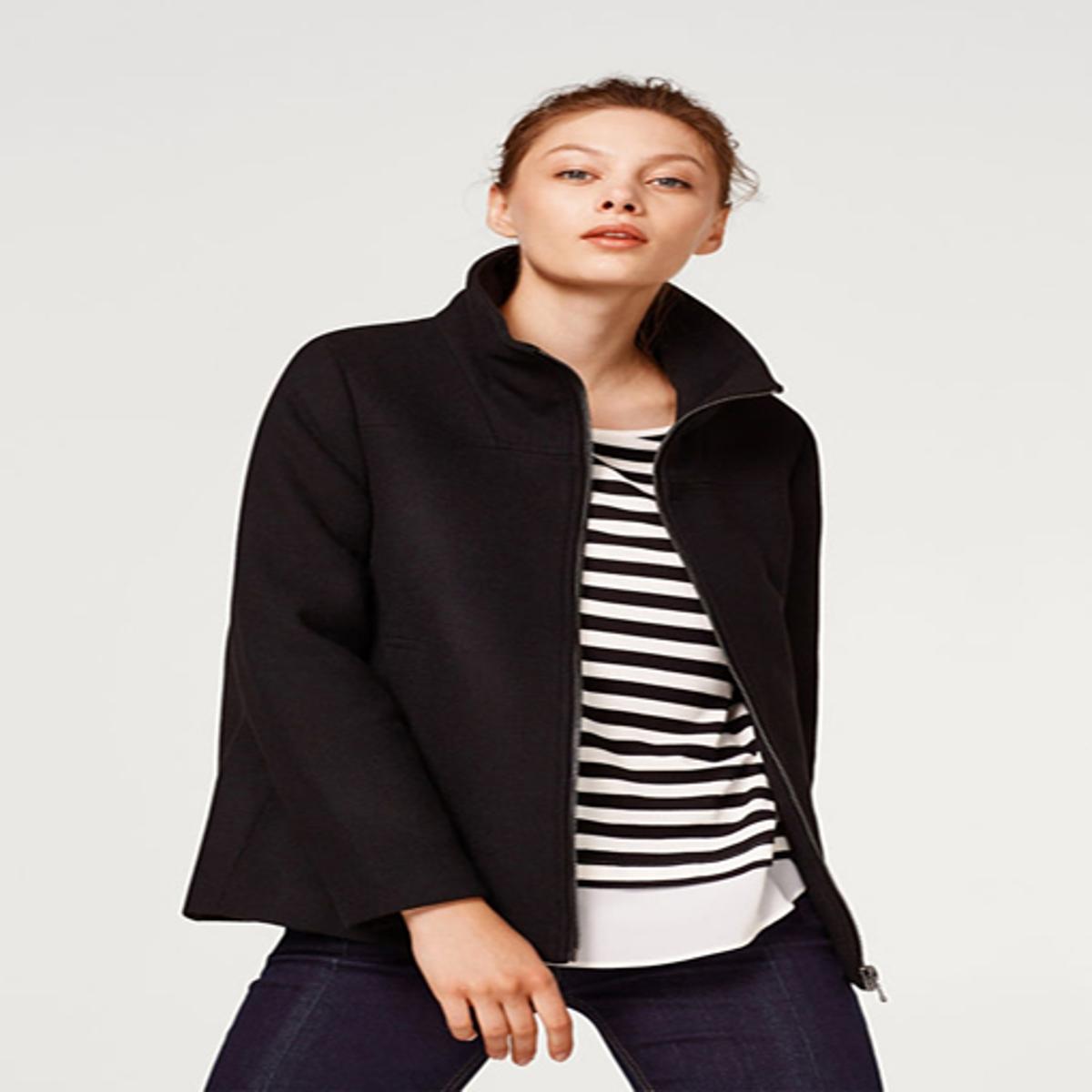 Abrigo corto con cremallera y cuello alto