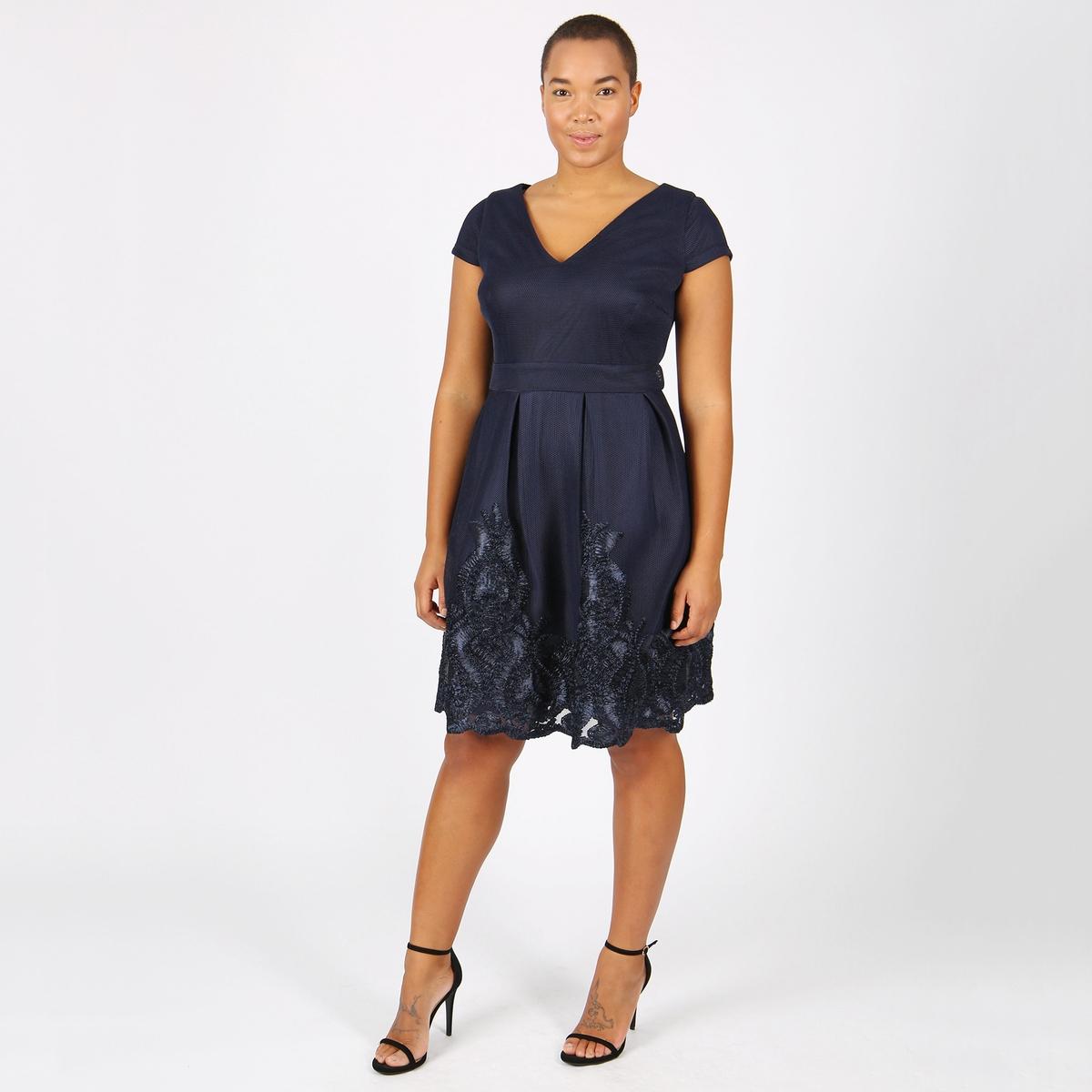 Платье однотонное средней длины, расширяющееся книзуОписание:Детали •  Форма : расклешенная •  Длина до колен •  Короткие рукава    •   V-образный вырезСостав и уход •  100% полиэстер •  Следуйте рекомендациям по уходу, указанным на этикетке изделияТовар из коллекции больших размеров<br><br>Цвет: темно-синий