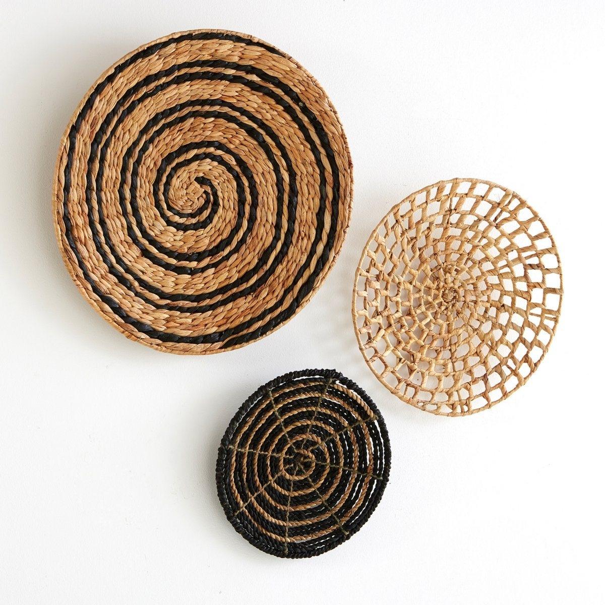 Настенное украшение, (комплект из 3 ), Aslalмодель Aslal:3 диска из водного гиацинта, вставляющиеся один в другой,спиральный мотив.Характеристики :Водный гиацинт, неокрашенный или цветной .Вся коллекция  Aslal на сайте .Размеры :Общие :Ажурный диск натурального цвета  : ? 40 см Диск-спираль черного цвета на натуральном фоне : 50 см: 30 см<br><br>Цвет: экрю/ черный