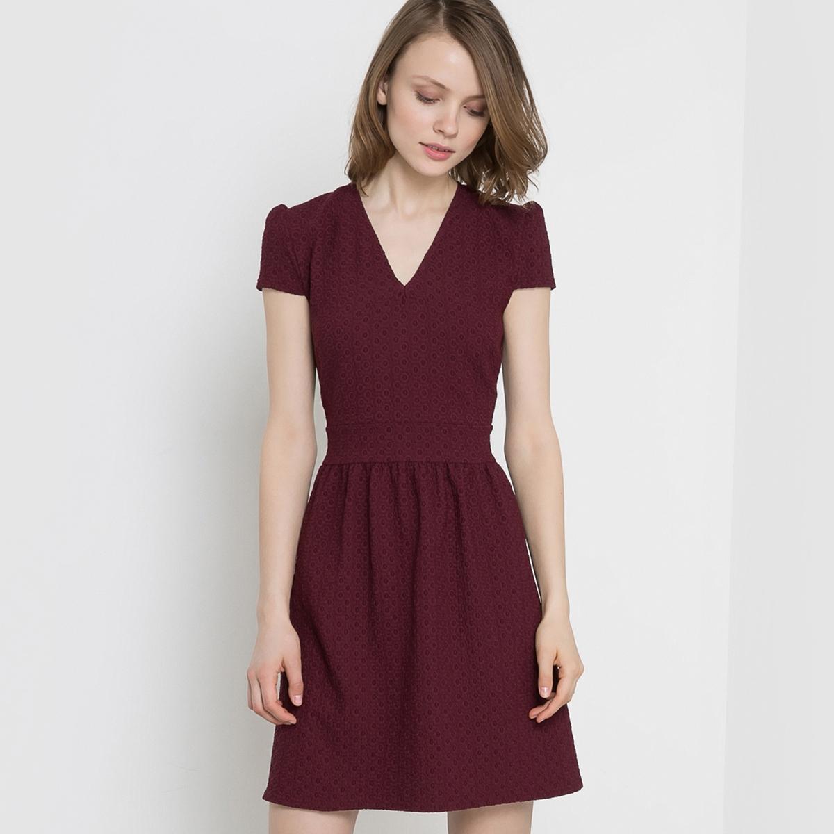 Платье жаккардовоеЖаккардовое платье с геометрическим структурным рисунком в тон. Короткие рукава. V-образный вырез спереди. Отрезное по талии, подчеркнуто складками. Потайная застежка на молнию сзади.  Состав и описание Материал : 51% вискозы, 46% полиэстера, 3% эластанаДлина : 90 смУходМашинная стирка при 30 °C с вещами схожих цветовСтирать и гладить с изнаночной стороны Машинная сушка в умеренном режиме Гладить при низкой температуре<br><br>Цвет: бордовый,зеленый,красный,темно-синий<br>Размер: 44 (FR) - 50 (RUS).42 (FR) - 48 (RUS).40 (FR) - 46 (RUS).38 (FR) - 44 (RUS).44 (FR) - 50 (RUS).42 (FR) - 48 (RUS).40 (FR) - 46 (RUS).38 (FR) - 44 (RUS).42 (FR) - 48 (RUS).40 (FR) - 46 (RUS)