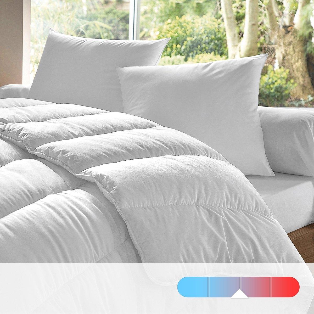 2 подушки и одеяло, 400 г/м?Подушка и одеяло DACRON DUO от DODO. Невероятный комфорт и тепло дышащего одеяла и 2 подушек (60 х 60 см), чей наполнитель не препятствует циркуляции воздуха.  Можно часто стирать. Одеяло подходит для любого времени года благодаря способности, изолирующей воздух в полых волокнах. Лучше всего подходят для неотапливаемых помещений с температурой около 12°. Тонкие полные силиконизированные волокна подушек обеспечивают циркуляцию воздуха, а также непередаваемый комфорт. Чехол из 50% полиэстера, 50% хлопка. Наполнитель из полых силиконизированных волокон полиэстера, 400 г/м?. Одеяло: продольная стежка, отделка однотонным кантом и двойная строчка. Машинная стирка при 30°. Возможна машинная сушка. Быстро сохнет. Не нужно гладить. Поставка в чехле с ручкой.<br><br>Цвет: белый