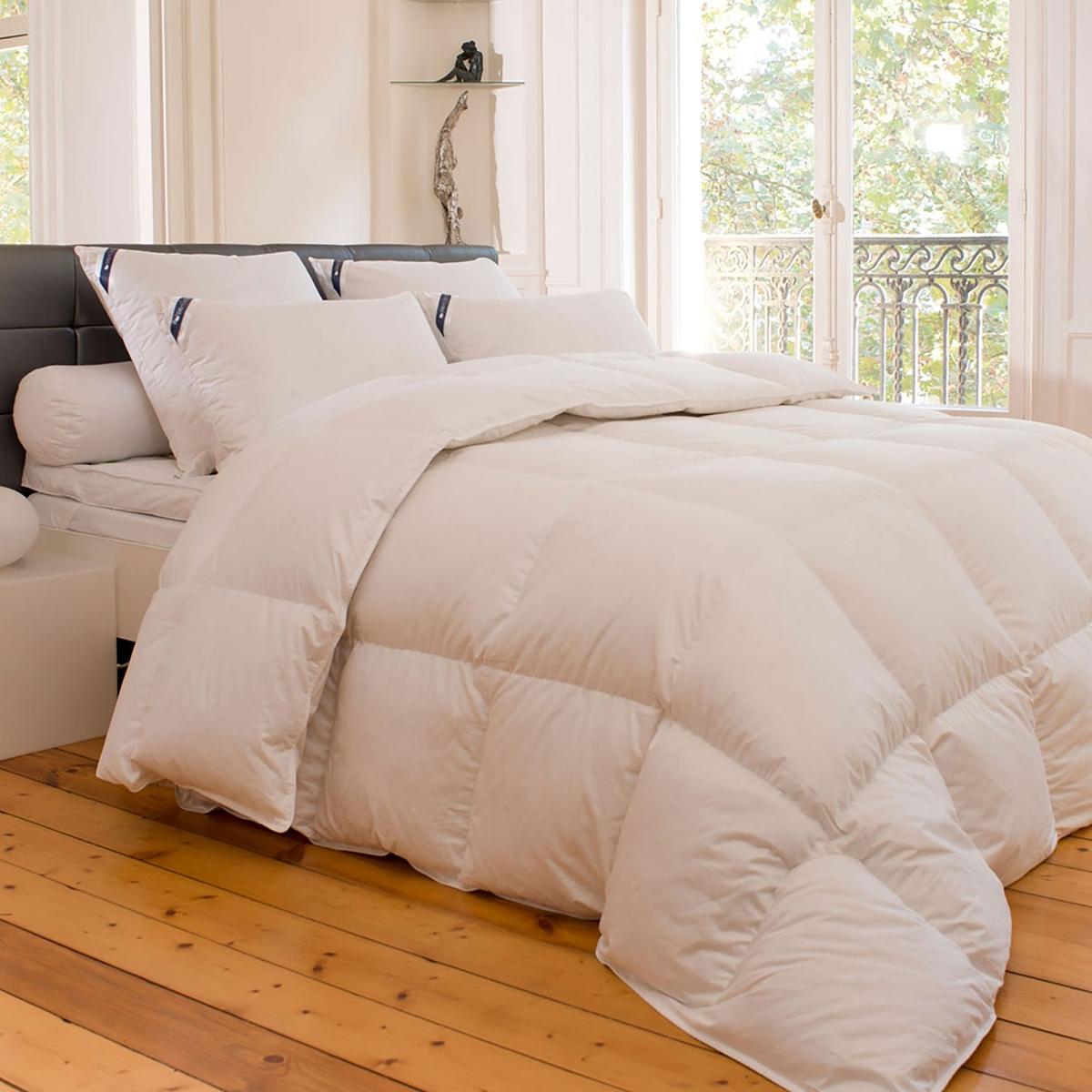Одеяло натуральное  « Univers» . Натуральное качество очень белого гусиного пуха.