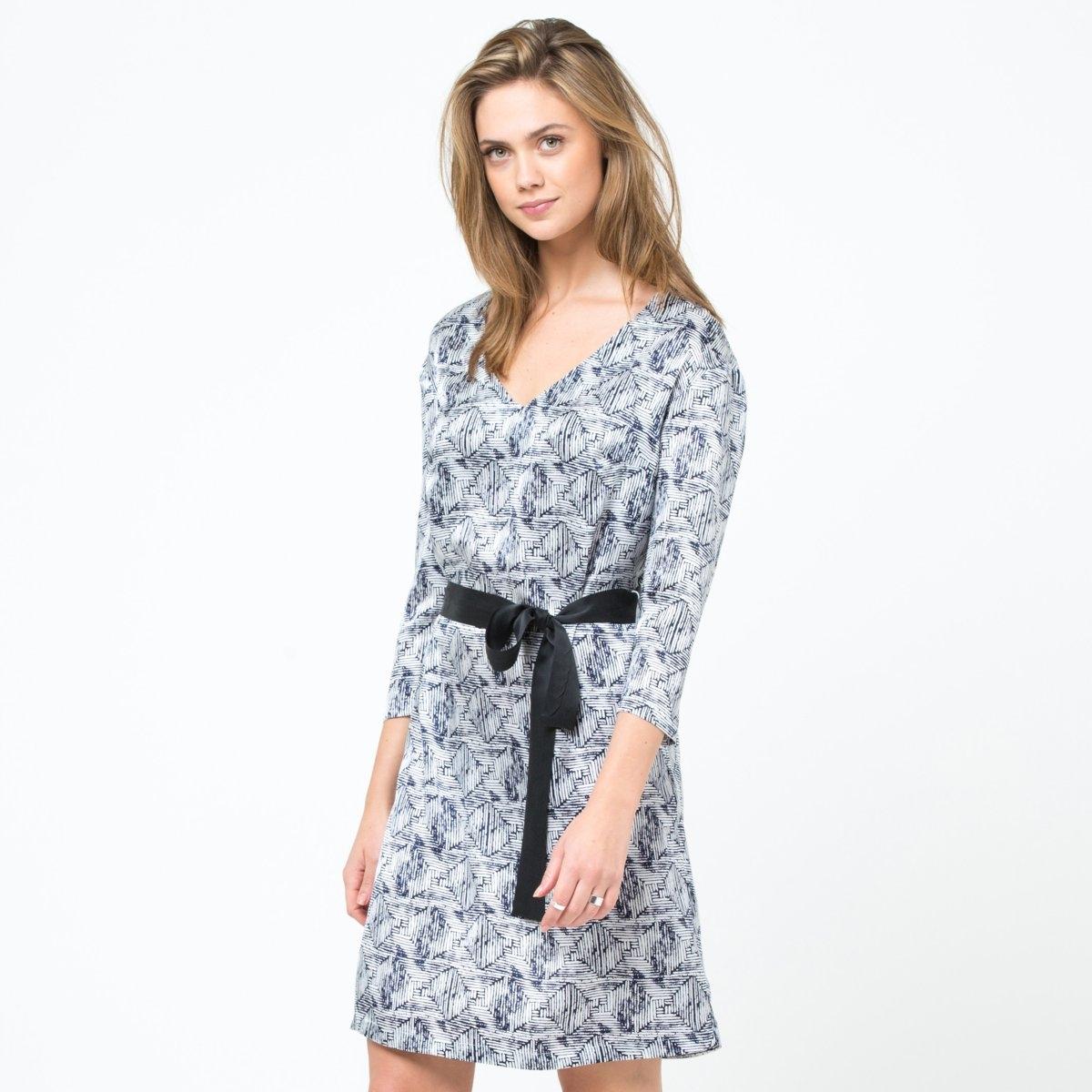 Платье из шелкаПлатье с рисунком, 100% шелка. V-образный вырез. Длинные рукава. Шелковый пояс в комплекте.  Длина. 90 см.<br><br>Цвет: наб. рисунок синий<br>Размер: 42 (FR) - 48 (RUS)