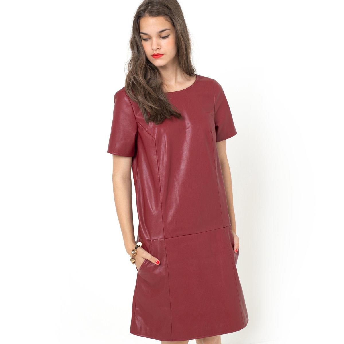 Платье из искусственной кожиПлатье из искусственной кожи, 100% полиэстера. Круглый вырез спереди и V-образный сзади. Короткие рукава. Застежка на скрытую молнию сзади. Отрезное по талии, заниженная линия отреза. 2 косых кармана спереди. Длина 88 см.<br><br>Цвет: бордовый<br>Размер: 38 (FR) - 44 (RUS)