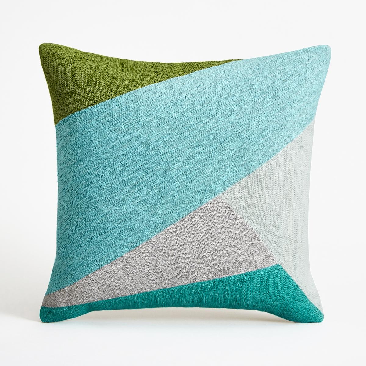 Наволочка на подушку-валик SaddlerНаволочка на подушку-валик Saddler. Вышитый графический рисунок синего, зеленого и серого цветов в виде лоскутов ткани. Однотонная оборотная сторона естественного цвета. Из 100% хлопка, на подкладке. Застежка на молнию наверху. Размеры : 40 x 40 см. Подушка продается отдельно.<br><br>Цвет: бирюзовый