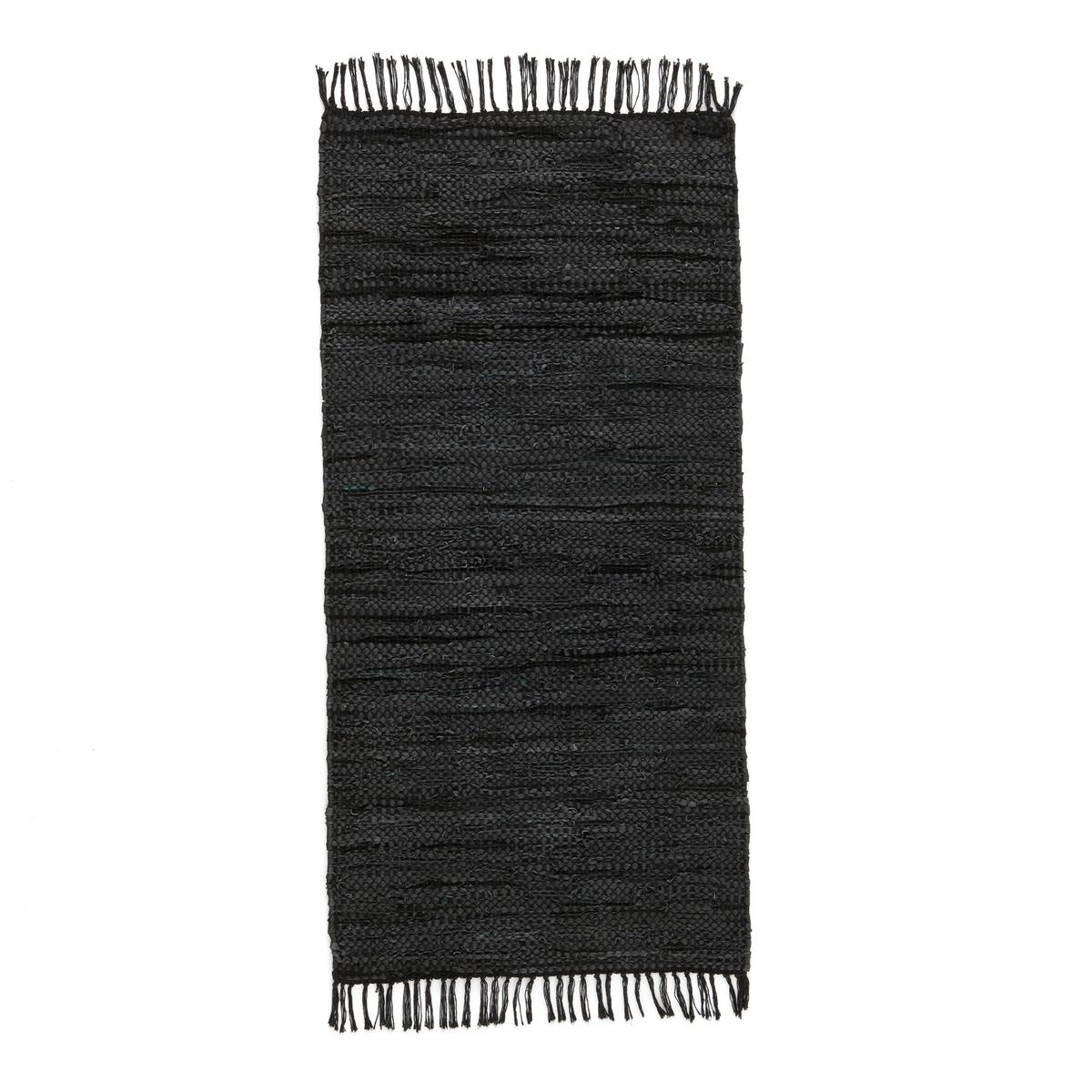 Ковровая дорожка или прикроватный коврик, LEKARОписание: Эта ковровая дорожка в богемном стиле украсит ваш интерьер . Красивый оригинальный материал из вторично переработанной кожи : нельзя остаться равнодушнымХарактеристики ковровой дорожки Lekar  Caract?ristiques du tapis de couloir Lekar :Ковер из вторично переработанной кожи : 90% кожи, 10% хлопка Соткан вручную, 1800 г/м?Отделка бахромойНайдите другие ковры на сайте laredoute.ruРазмеры ковровой дорожки Lekar :70 x 140 смДоставка :Ковер Lekar будет доставлен до вашей квартиры  !Внимание ! Убедитесь, что посылку возможно доставить на дом, учитывая ее габариты.<br><br>Цвет: черный