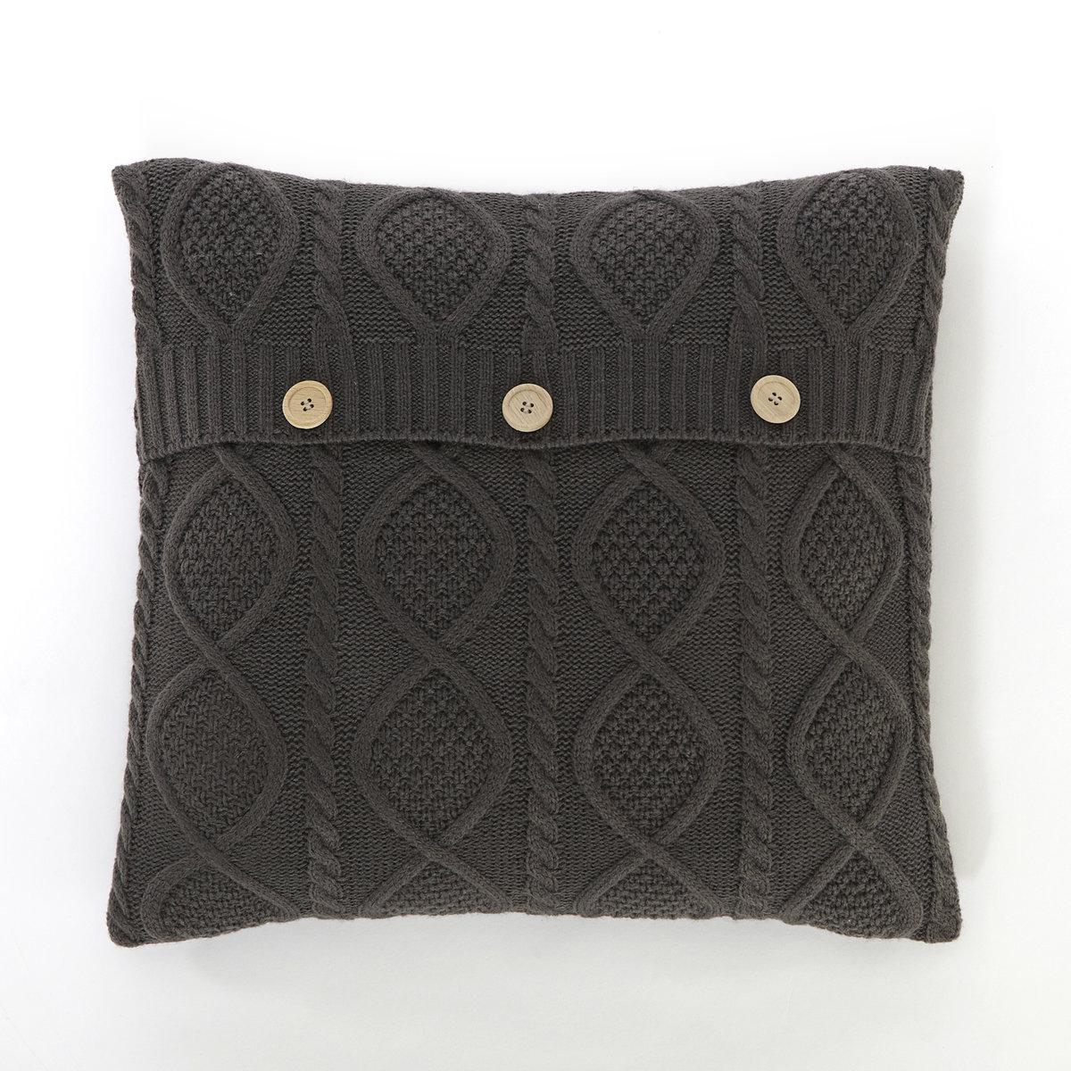Чехол на подушку AkerХарактеристики чехла на подушку Aker:- Вязаный косами трикотаж, 100% акрила.- Застежка на 2 деревянные пуговицы.- Стирка при 30°.<br><br>Цвет: антрацит