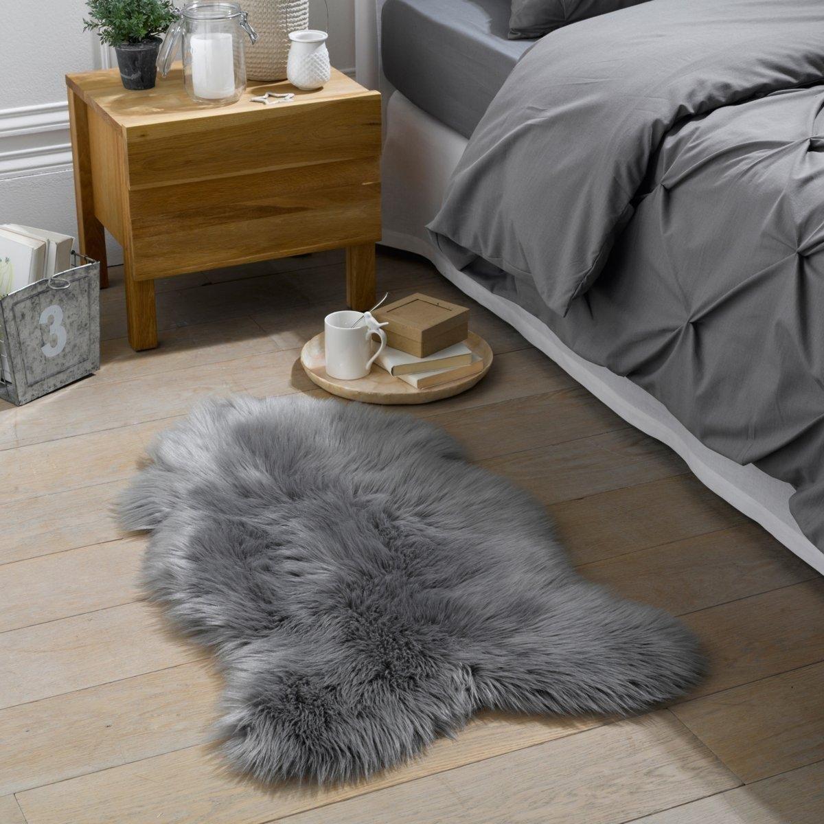 Коврик прикроватный под мутон LivioКоврик прикроватный под мутон Livio . Очень мягкий и удобный коврик, который привнесет стильную нотку в вашу комнату или гостиную . Характеристики прикроватного коврика под мутон Livio :70% акрил, 30% полиэстер, 1200г/м2Толщина ворса : 65 мм.   Найдите ковер Livio на сайте laredoute.ruРазмеры прикроватного коврика под мутон Livio   :55 x 90 см<br><br>Цвет: серый<br>Размер: 55 x 90