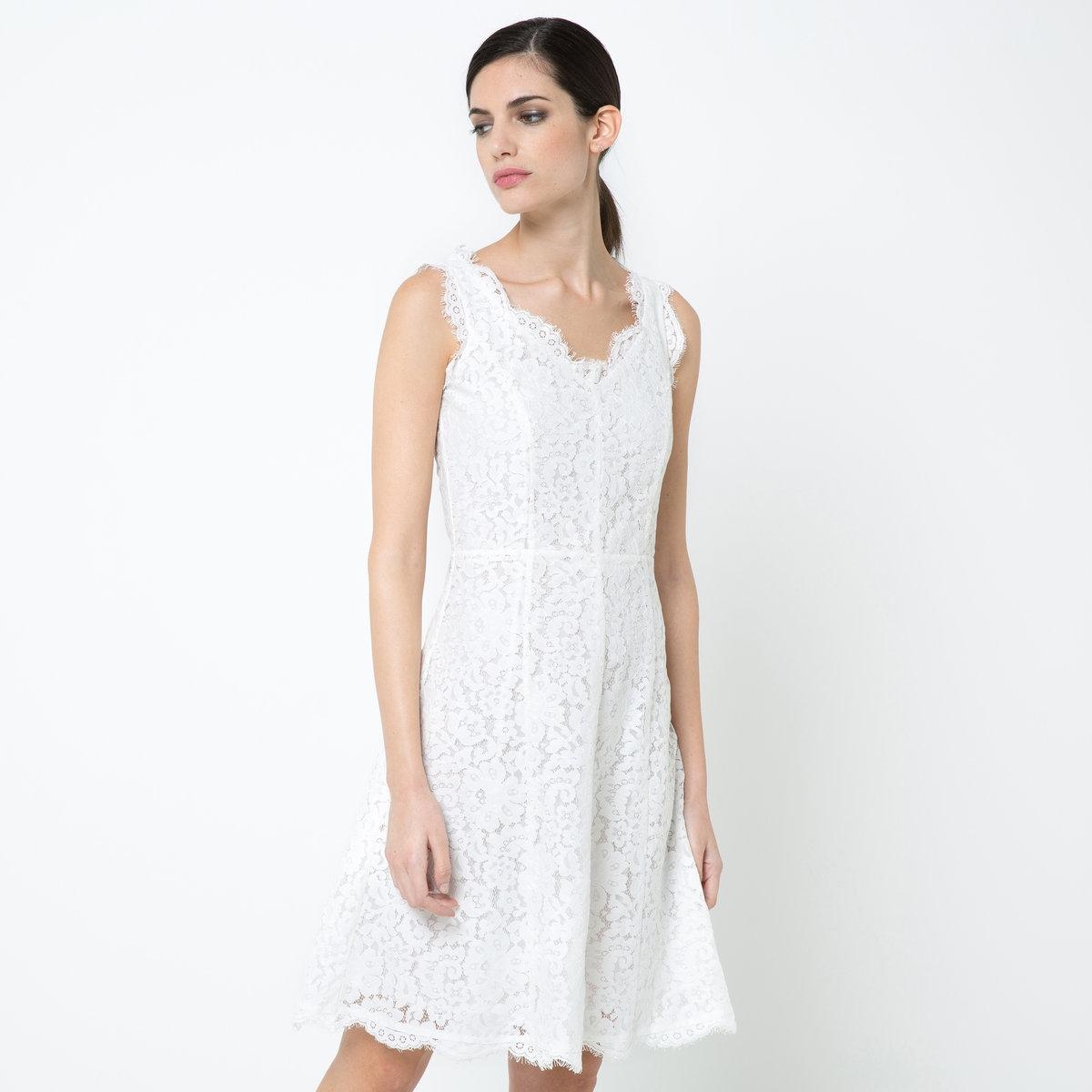 Платье кружевноеКружевное платье из 60% полиамида, 40% хлопка. V-образный вырез. Волнистые края выреза и низа. Отрезное по талии. Юбка-годе. Застежка на скрытую молнию сбоку. Подкладка из полиэстерового крепа. Длина: 95 см.<br><br>Цвет: экрю<br>Размер: 34 (FR) - 40 (RUS)