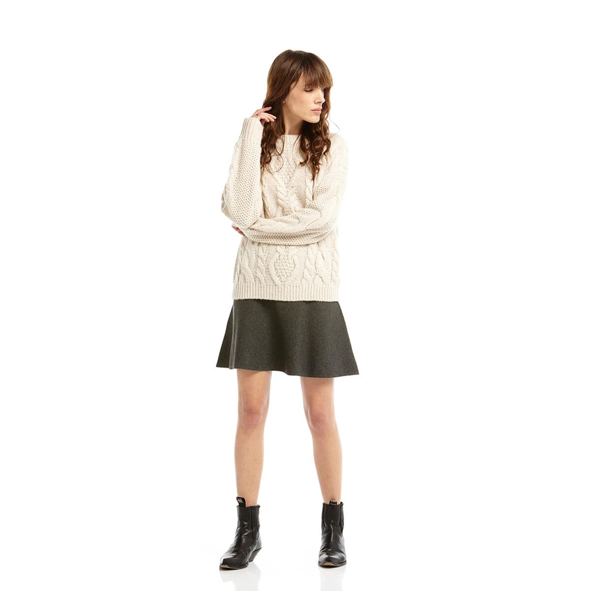 Пуловер, вязка косичкаПуловер с длинными рукавами CHARLISE . Пуловер комфортного прямого покроя. Рельефный трикотаж с вязкой в косичку  . Вырез, низ и манжеты связаны в рубчик . Круглый вырез Состав и описание :Материал : 40% мохера, 37% полиамида, 23% акрилаМарка : CHARLISE.<br><br>Цвет: экрю<br>Размер: M