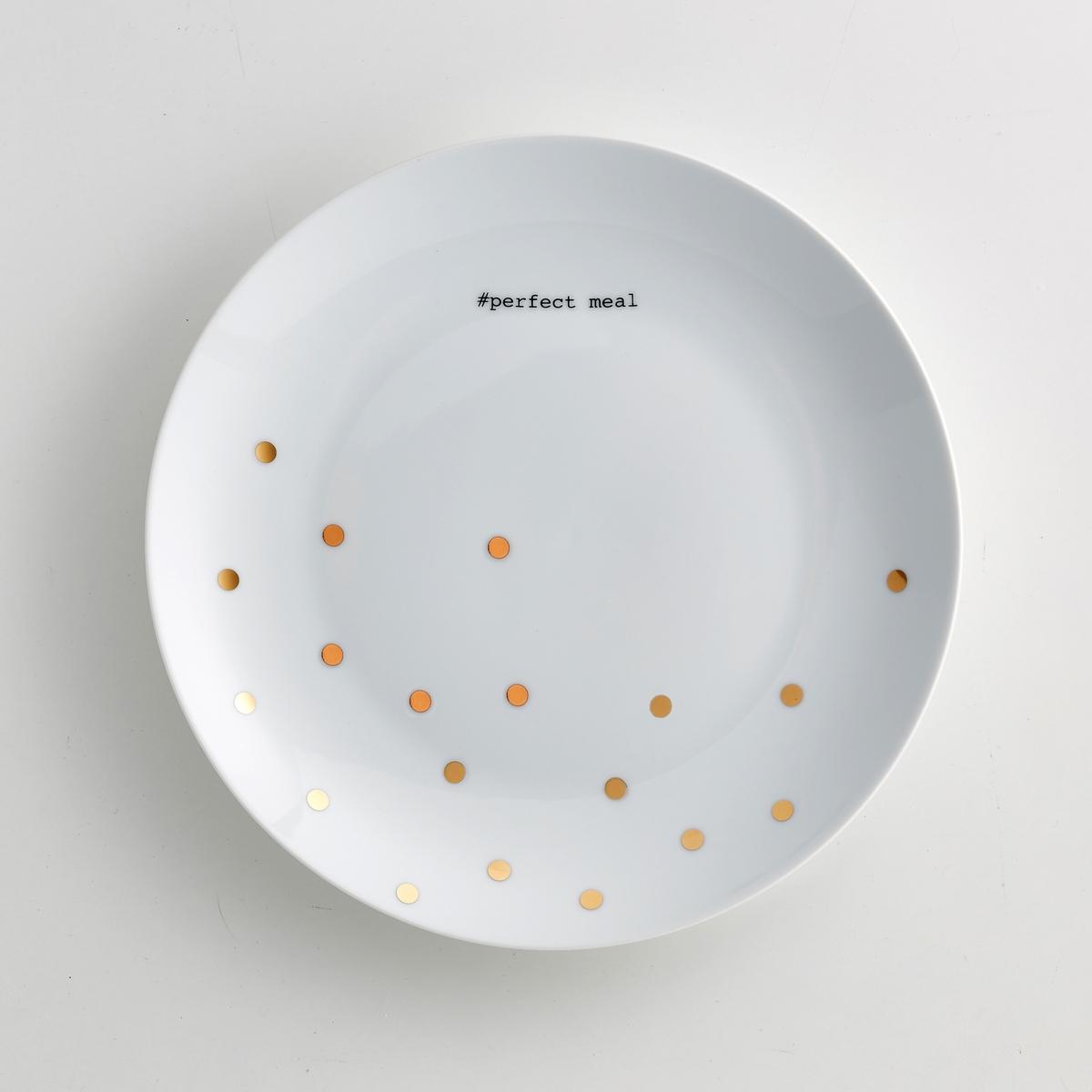 4 тарелки плоские из фарфора, Kubler4 тарелки плоские из фарфора Kubler . Рисунок в золотистый горошек с надписью perfect meal черного цвета в праздничном исполнении  .В подарочном сундучке от La Redoute Int?rieurs .Характеристики 4 плоских тарелок из фарфора Kubler :- Плоские тарелки из фарфора  - Диаметр : 26,5 см.- Не подходят для мытья в посудомоечной машине - Не подходят для микроволновой печи  - Продаются в комплекте из 4 штук в подарочном сундучке        Найдите комплект посуды из фарфора Kubler<br><br>Цвет: в горошек