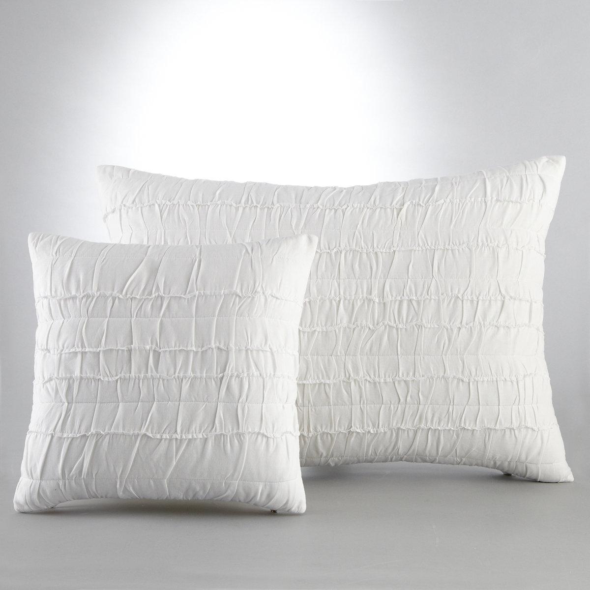 Чехол для подушки МеннаХарактеристики:100 % хлопка (200 г/м?), 1 сторона с плиссировкой, 1 гладкая однотонная сторона, 100% хлопка. Застежка на скрытую молнию. Стирка при 40°<br><br>Цвет: белый,серый,сине-серый
