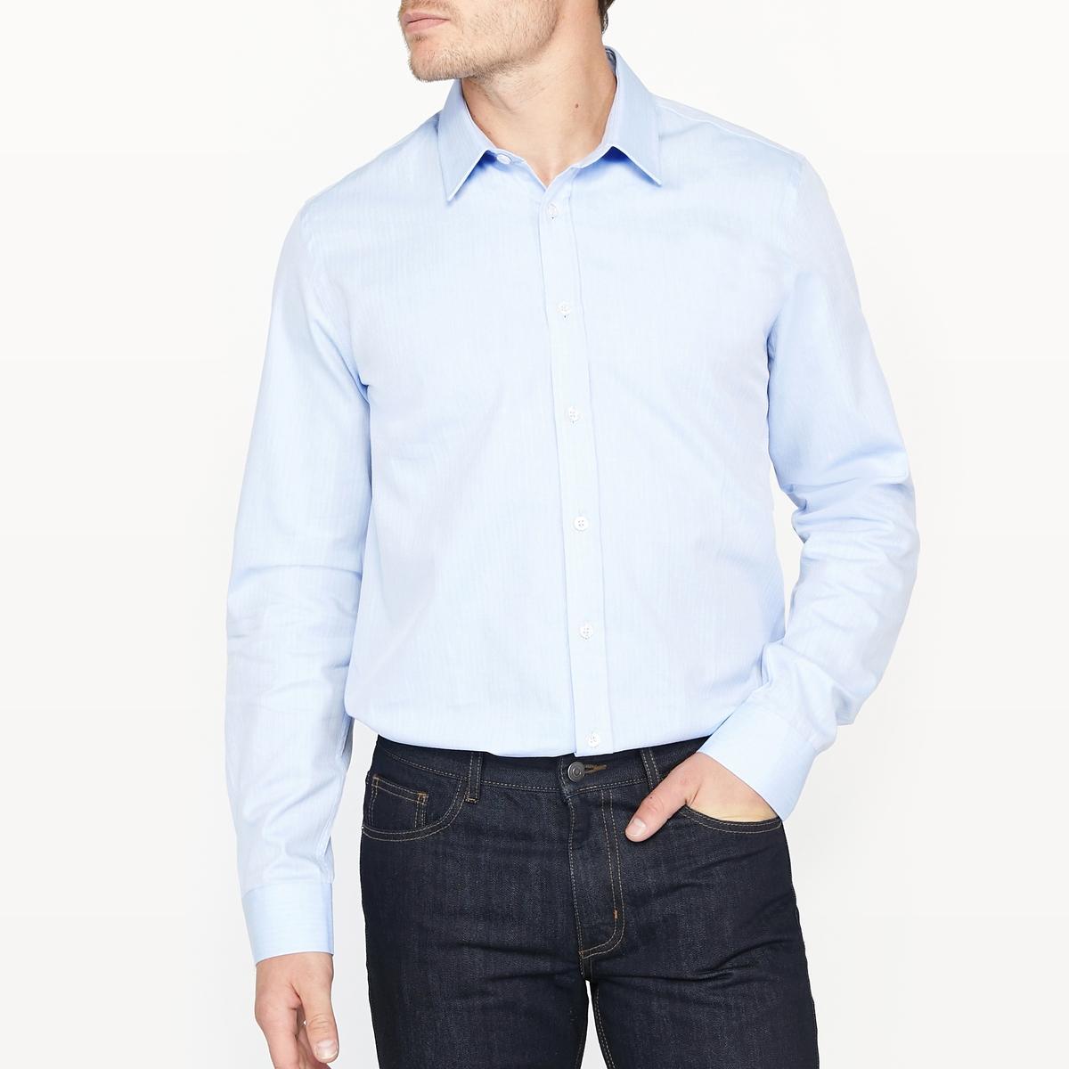 Рубашка узкая с узором 100% хлопокРубашка с длинными рукавами и зигзагообразным узором. Узкий покрой и классический воротник со свободными кончиками. Закругленный низ. Состав и описание:Материал  100% хлопкаМарка  R essentielДлина: 79 см Уход:Машинная стирка при 40 °ССтирка с вещами схожих цветовОтбеливание запрещеноГладить на средней температуре Сухая (химическая) чистка запрещенаМашинная сушка запрещена<br><br>Цвет: синий