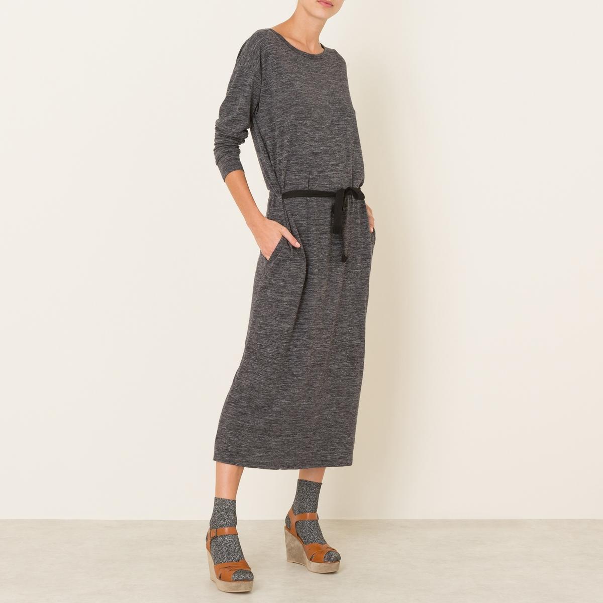 Платье KZ284Прямое платье POMANDERE - из струящегося трикотажа джерси из шерсти и льна, с поясом. Закругленный вырез. Длинные рукава веретенообразной формы. Пояс с завязками контрастного цвета. Прямой покрой. Состав и описание Материал : 52% полиамида, 25% шерсти, 23% льнаДлина : до коленМарка : POMANDERE<br><br>Цвет: серый