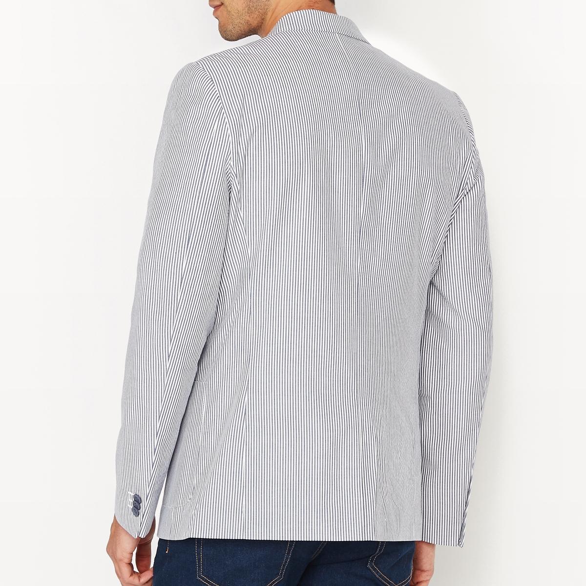 Жакет костюмный узкого покроя в полоскуСостав и описание :Основной материал : Легкая полосатая ткань 100% хлопок Подкладка : 70% хлопка, 30% полиамида (основная часть) et 100% полиэстера (рукава)Марка : R essentiel.Длина : 75 см Уход :Рекомендуется сухая чистка<br><br>Цвет: в полоску белый/темно-синий<br>Размер: 42.44