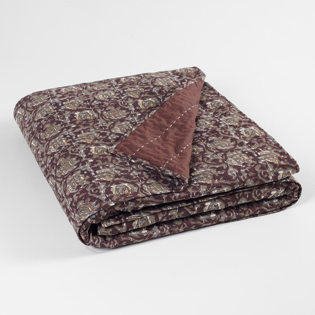 Покрывало из плотной ткани ArtemioПокрывало из плотной ткани Artemio . Деликатный цветочный рисунок с контрастной вышивкой . 1 сторона с рисунком, 1 сторона однотонная . Состав : - Чехол из вуали 100% хлопок, мягкий и теплый . - Наполнитель 100% хлопчатобумажная газовая ткань .- Ручная работаУход : - Стирка при 30°Размер : - 140 x 160 см .<br><br>Цвет: набивной рисунок