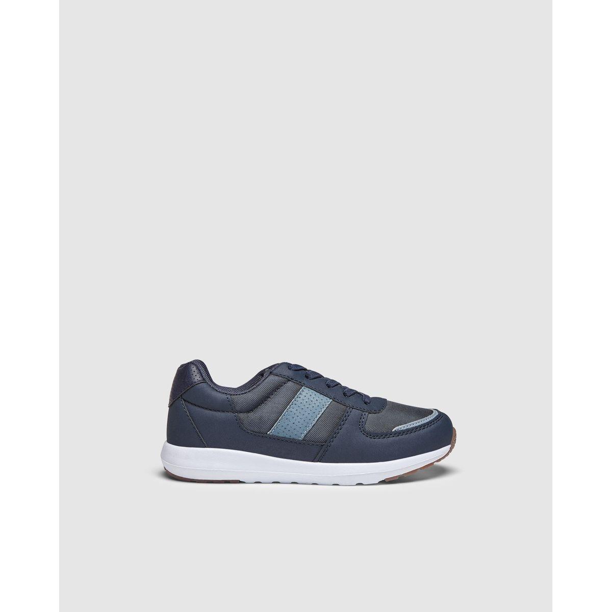 Chaussures sport  fermées par lacets