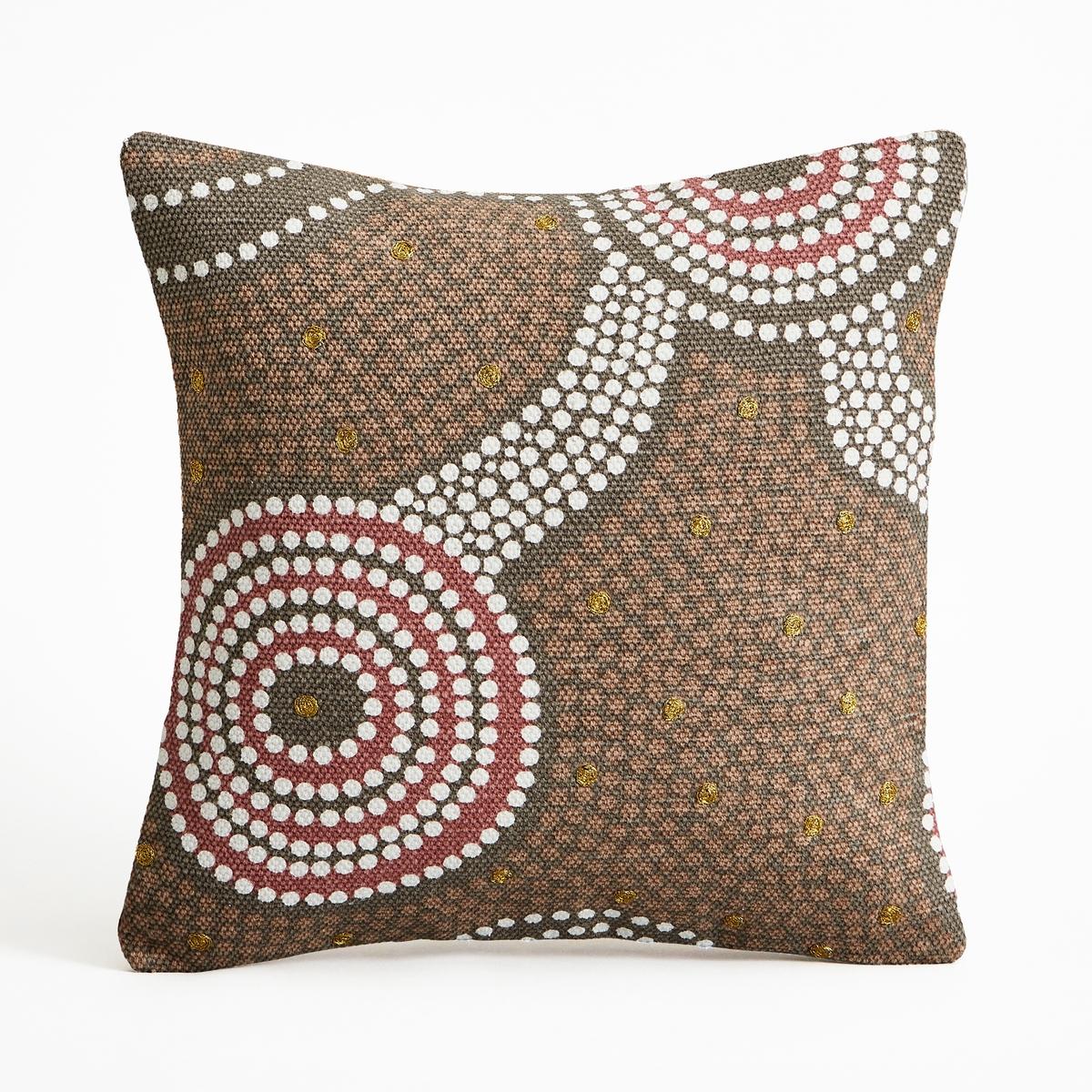 Чехол для подушки, DunollyЧехол для подушки Dunolly. Рисунок точками и стиле наскальных рисунков аборигенов. Однотонная спинка. 100% хлопок. Скрытая застежка на молнию. Размеры : 40 x 40 см.<br><br>Цвет: каштановый