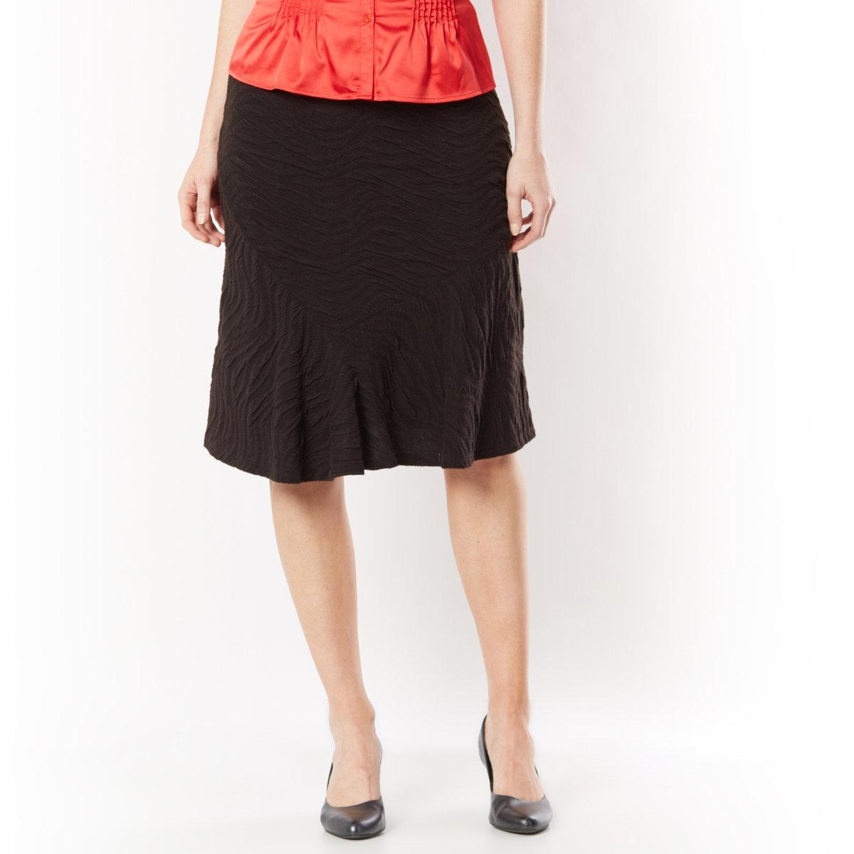 Юбка из рельефного трикотажаКомфорт эластичного пояса. Сочетание вытачек спереди и сзади для красивого движения юбки. Длина ок. 64 см. Трикотаж, 97% полиэстера, 3% эластана.<br><br>Цвет: черный<br>Размер: 48 (FR) - 54 (RUS)