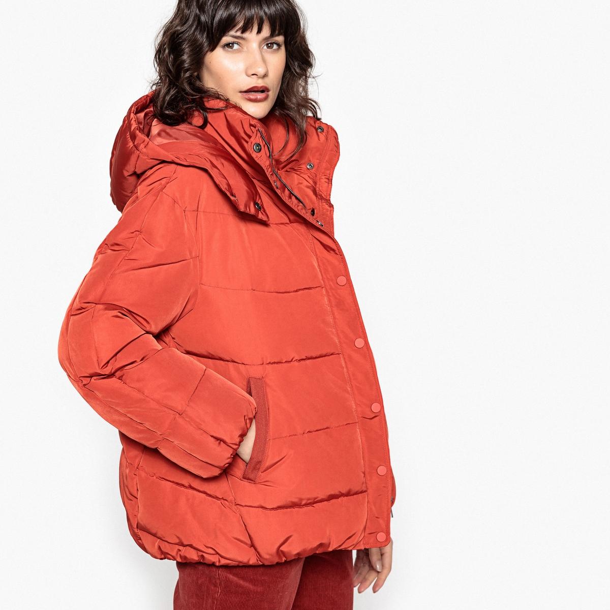 Куртка стеганая с капюшономЭта теплая и модная стеганая куртка не даст вам замерзнуть этой зимой . Невероятно комфортная и теплая куртка, отличный выбор для прогулок в городе или на уикэнд .Детали •  Длина : укороченная •  Воротник-стойка •  Застежка на молниюСостав и уход •  100% полиэстер • Не стирать •  Деликатная чистка/без отбеливателей •  Не использовать барабанную сушку   •  Не гладить •  Длина : 68 см.<br><br>Цвет: красный/ кирпичный,слоновая кость,черный<br>Размер: 34 (FR) - 40 (RUS).50 (FR) - 56 (RUS).46 (FR) - 52 (RUS).36 (FR) - 42 (RUS).42 (FR) - 48 (RUS).38 (FR) - 44 (RUS).36 (FR) - 42 (RUS).42 (FR) - 48 (RUS).40 (FR) - 46 (RUS).48 (FR) - 54 (RUS)