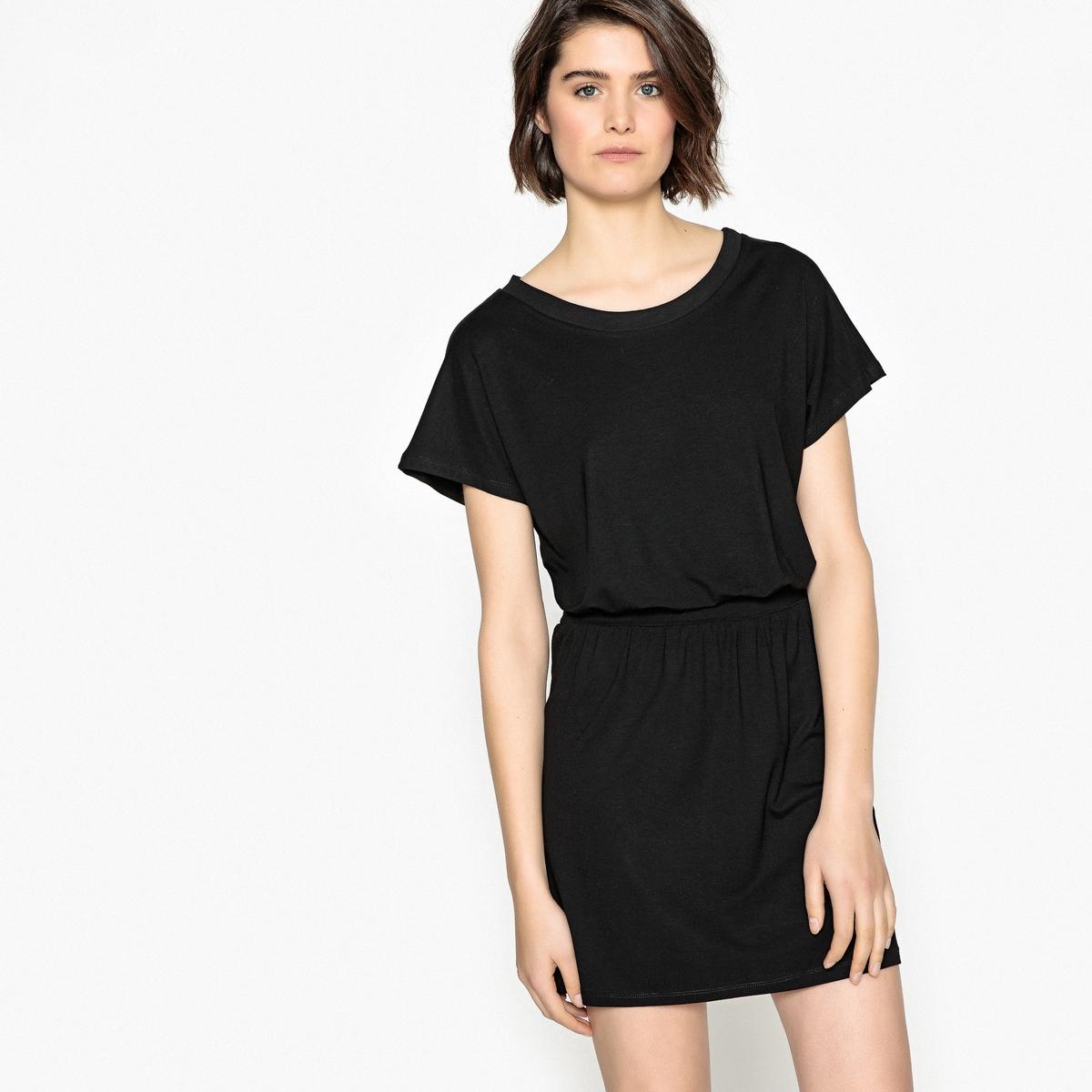 Платье однотонное, присборенное на талии