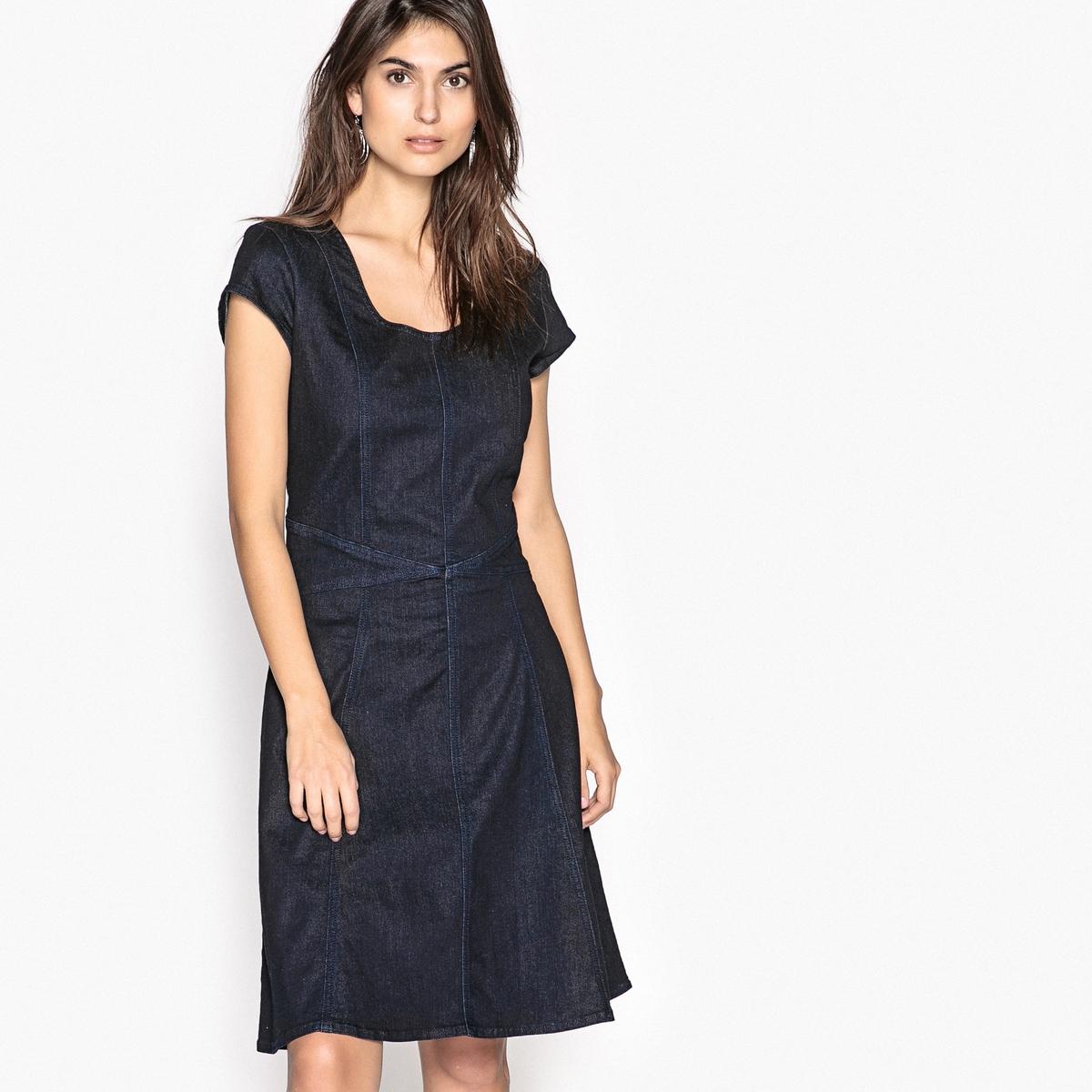 Платье однотонное средней длины, расширяющееся книзуОписание:Комфортное и удобное расклешенное платье из эластичной джинсовой ткани. Очень элегантное платье с оригинальными отрезными деталями на талии. Отрезные детали спереди и сзади.Детали •  Форма : расклешенная •  Длина до колен •  Короткие рукава    •  Круглый вырезСостав и уход •  80% хлопка, 1% эластана, 19% полиэстера  •  Температура стирки 30° •  Сухая чистка и отбеливатели запрещены •  Не использовать барабанную сушку •  Низкая температура глажки •  Скрытая застежка на молнию сзади.Деним стретч •  Длина  : 99 см<br><br>Цвет: темно-синий